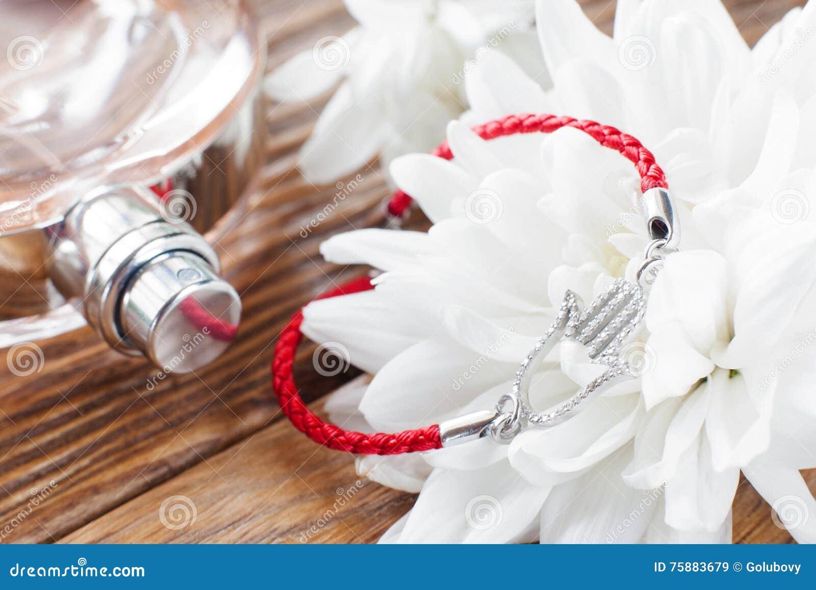 Bransoletka na białego kwiatu i pachnidła tle