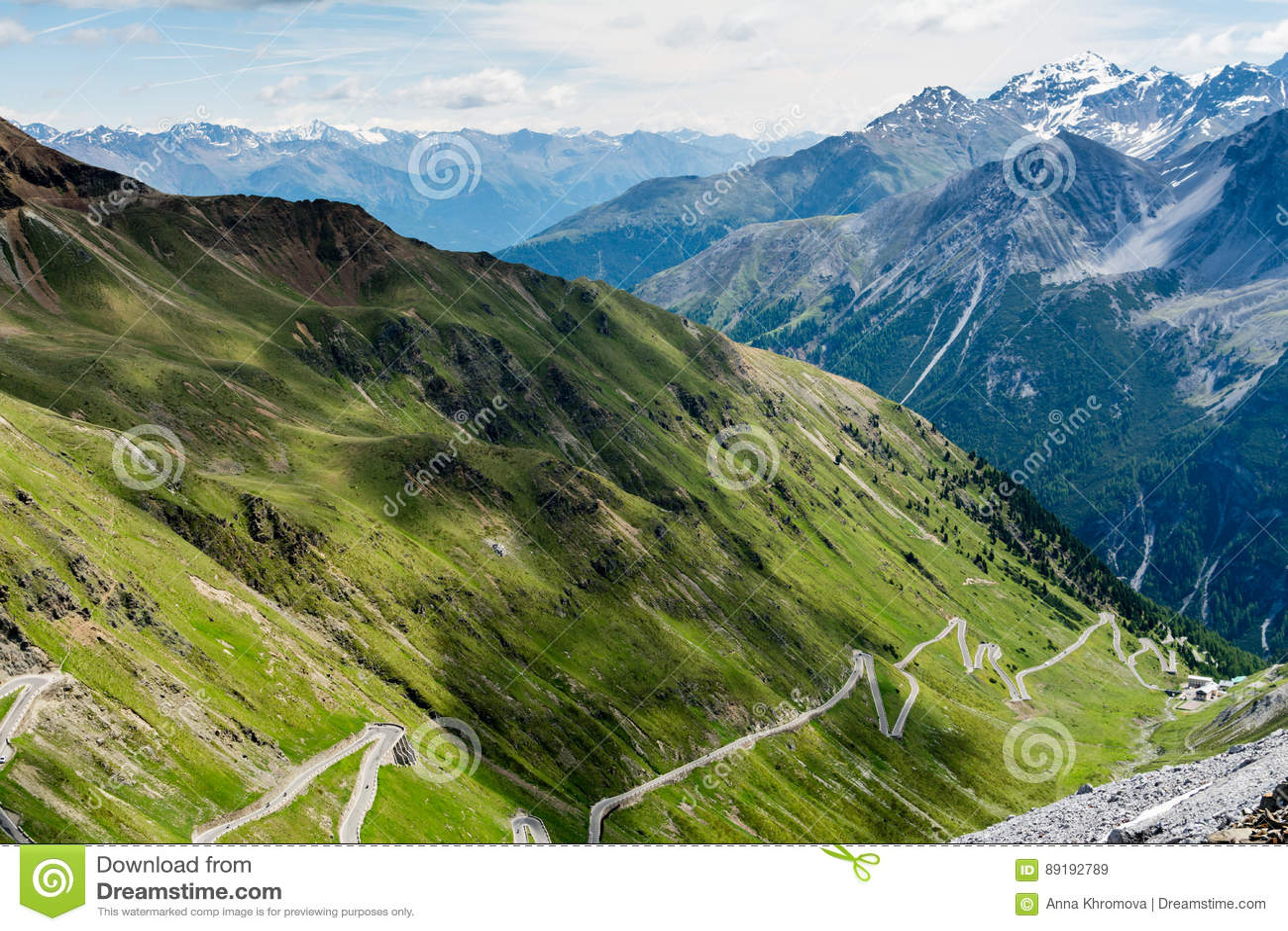 Brant nedstigning av det bergvägStelvio passerandet, i italienska fjällängar