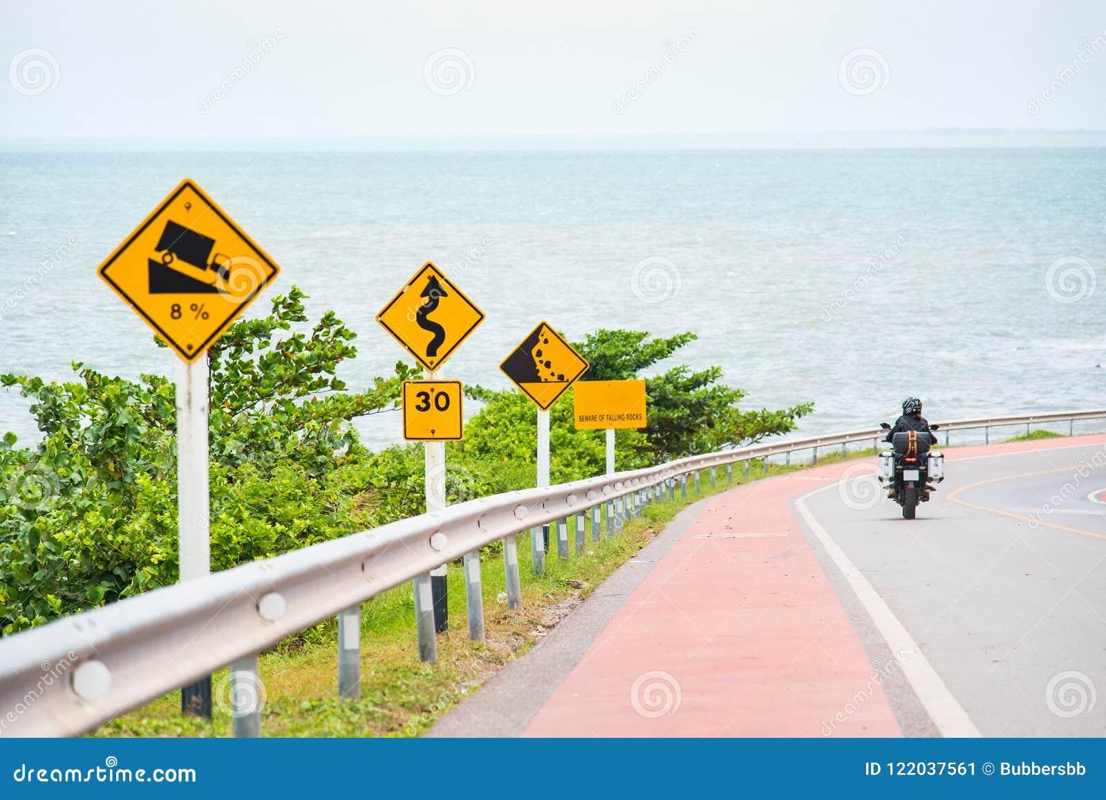 Brant tecken för trafik för lågt kugghjul för kullenedstigningsbruk på vägen i thailändskt