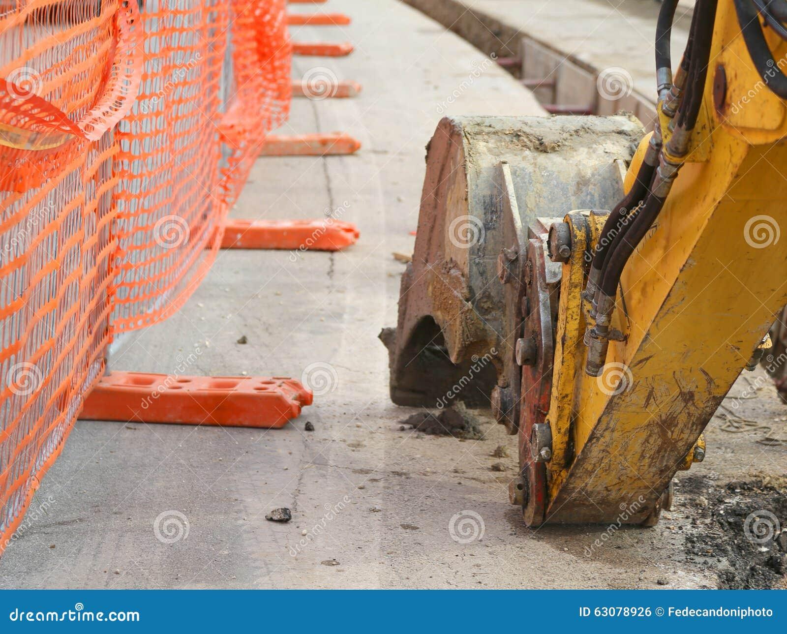 Download Bras Mécanique De L'excavatrice Creusant Sur La Route Photo stock - Image du travaux, industriel: 63078926