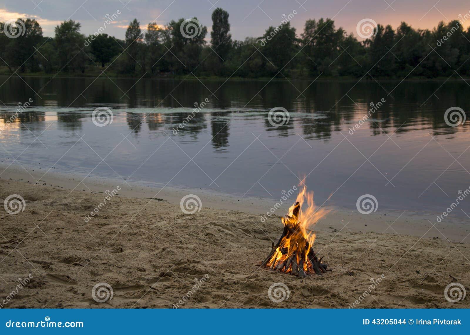 Download Brasa På Banken Av Floden På Solnedgången Arkivfoto - Bild av exponerat, horisont: 43205044
