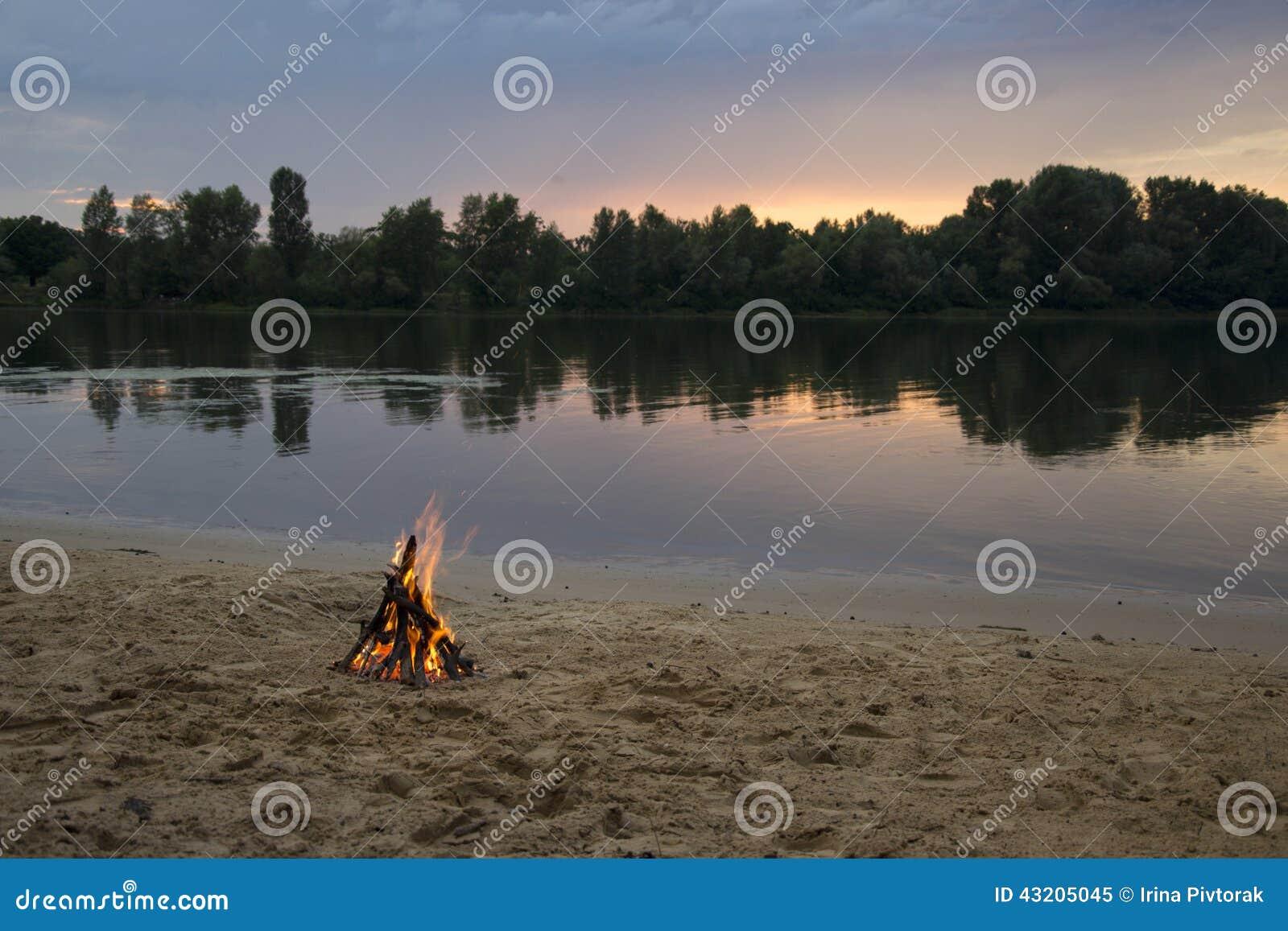 Download Brasa På Banken Av Floden På Solnedgången Fotografering för Bildbyråer - Bild av brasa, oklarhet: 43205045