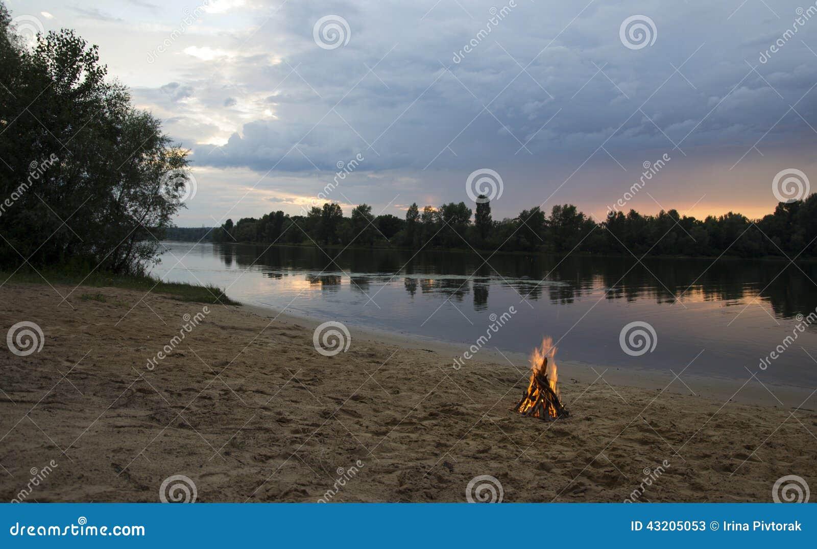 Download Brasa På Banken Av Floden På Solnedgången Fotografering för Bildbyråer - Bild av lägen, utomhus: 43205053