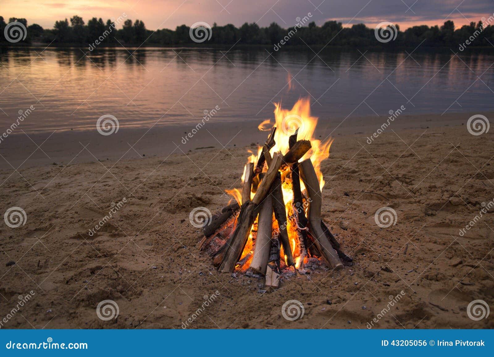 Download Brasa På Banken Av Floden På Solnedgången Arkivfoto - Bild av natt, horisont: 43205056