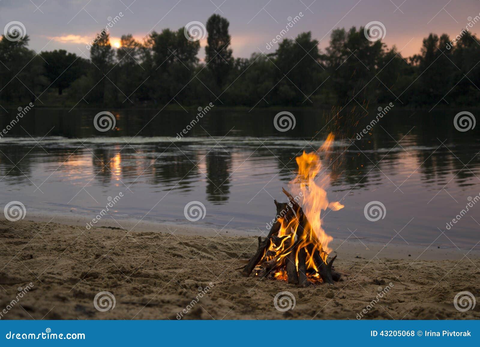 Download Brasa På Banken Av Floden På Solnedgången Arkivfoto - Bild av bränt, horisont: 43205068