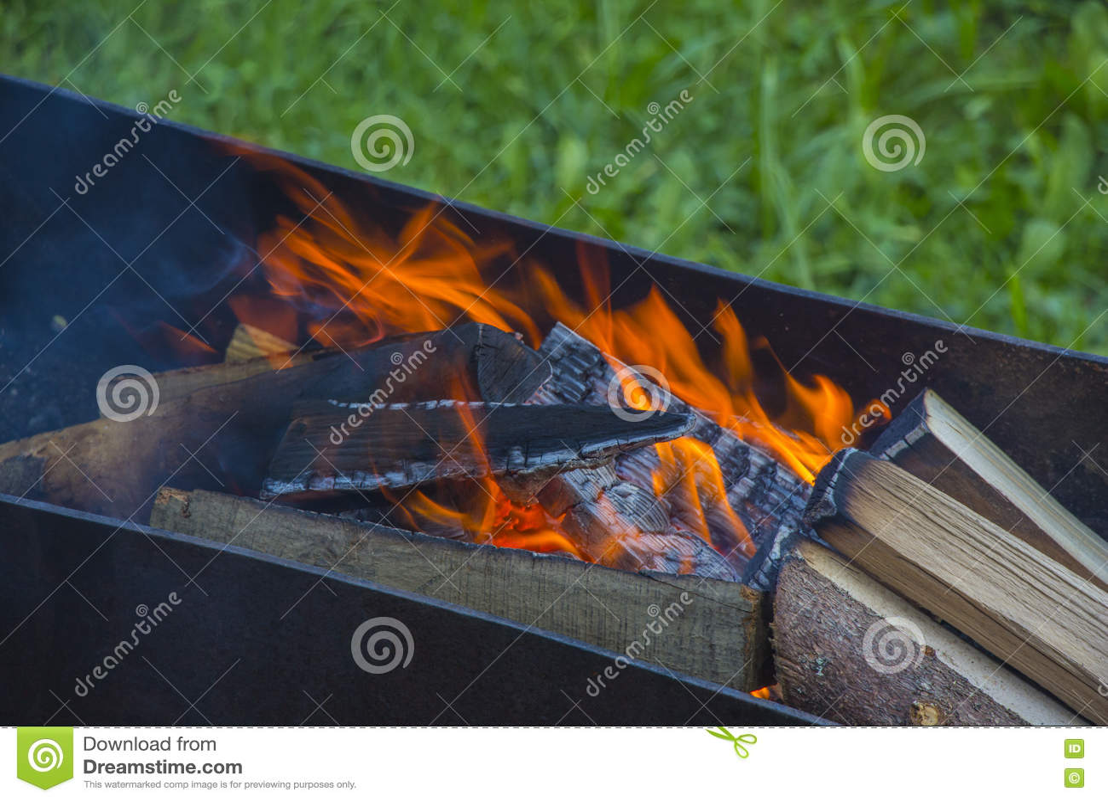 Brasero avec des charbons brûlants