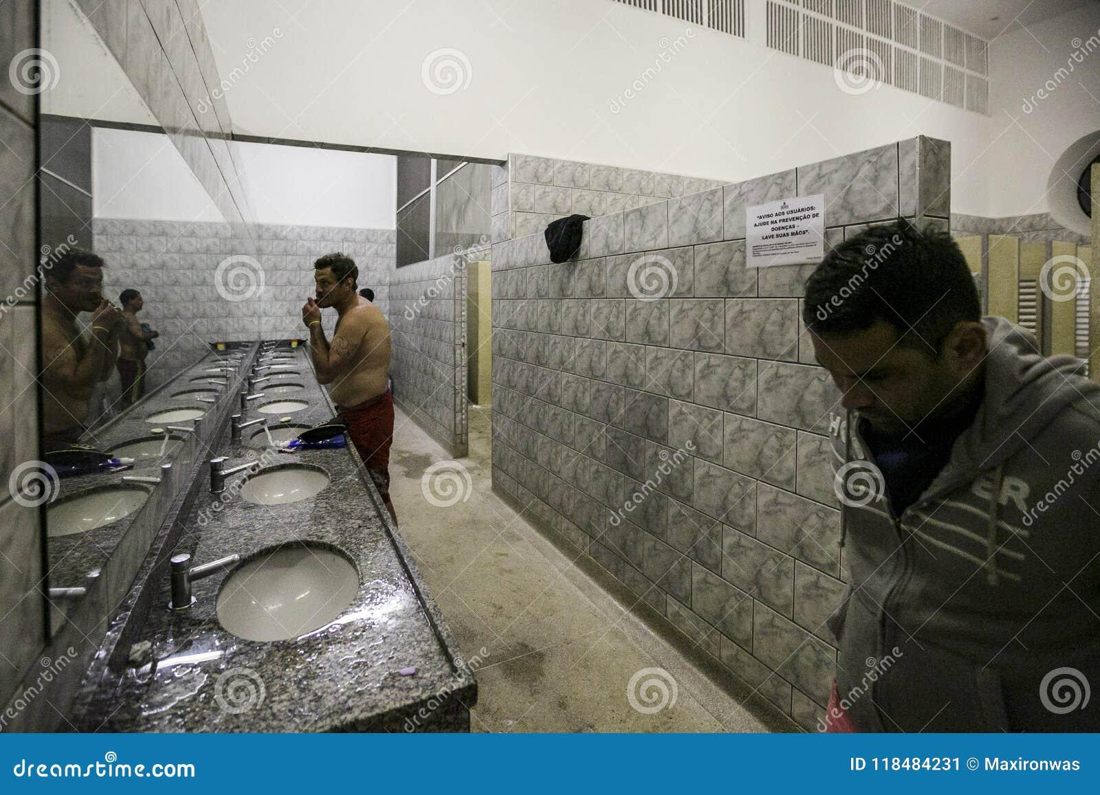 Brasil - San Paolo - The ONG Sermig - the dormitory bathrooms