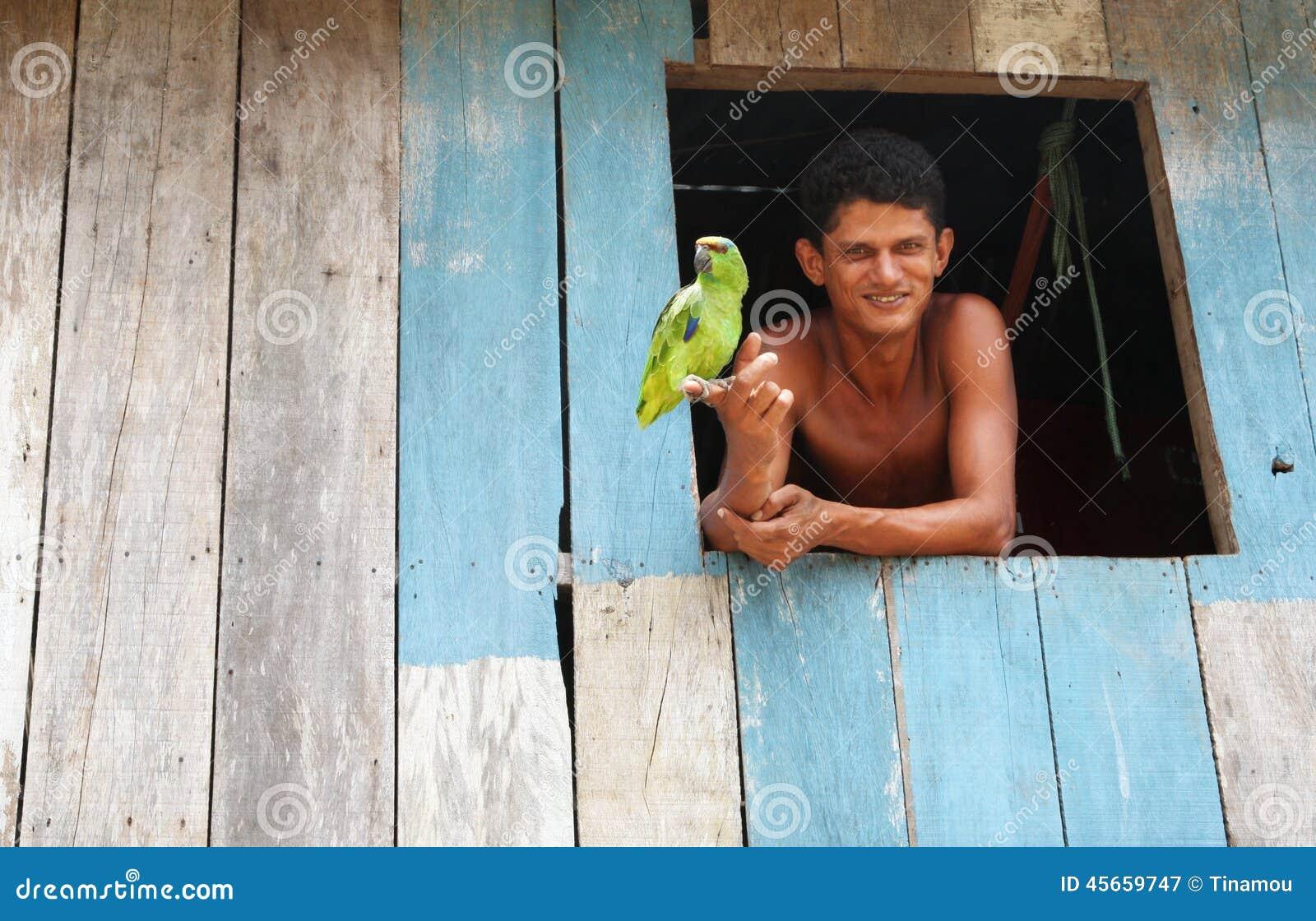 Brasileño joven y su loro