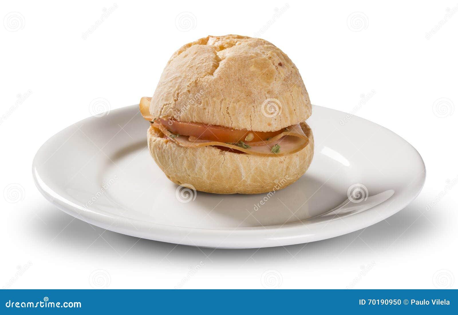 Brasilian mellanmål pao de queijo (ostbröd) på den vita plattan med