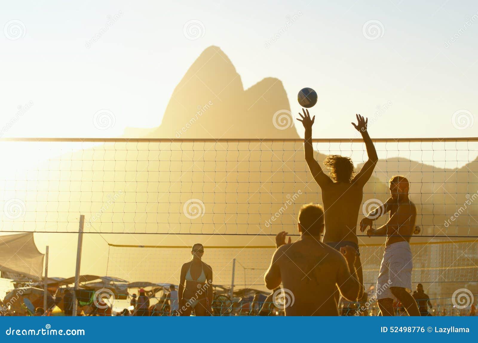 Brasilianer, die Strand-Volleyball Rio de Janeiro Brazil Sunset spielen