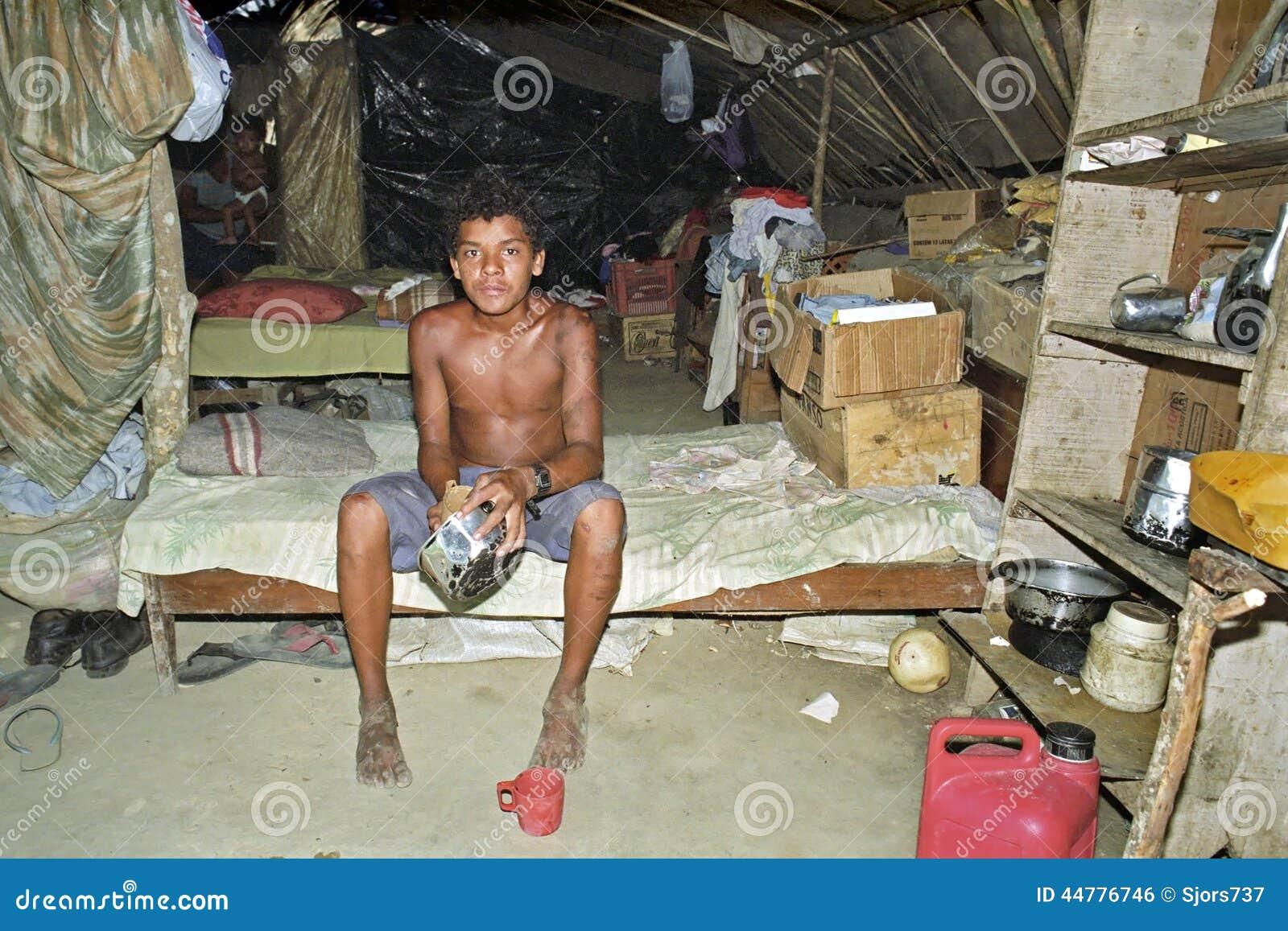 Brasilianische Armut eines jungen Mannes ohne Grundbesitz