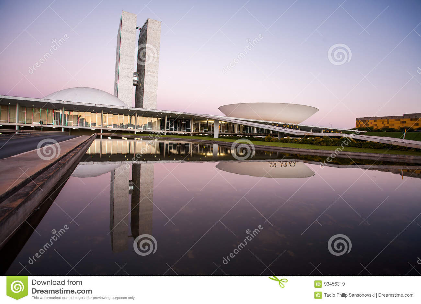 Brasilianischer Nationalkongress bei Einbruch der Dunkelheit mit Reflexionen auf LAK