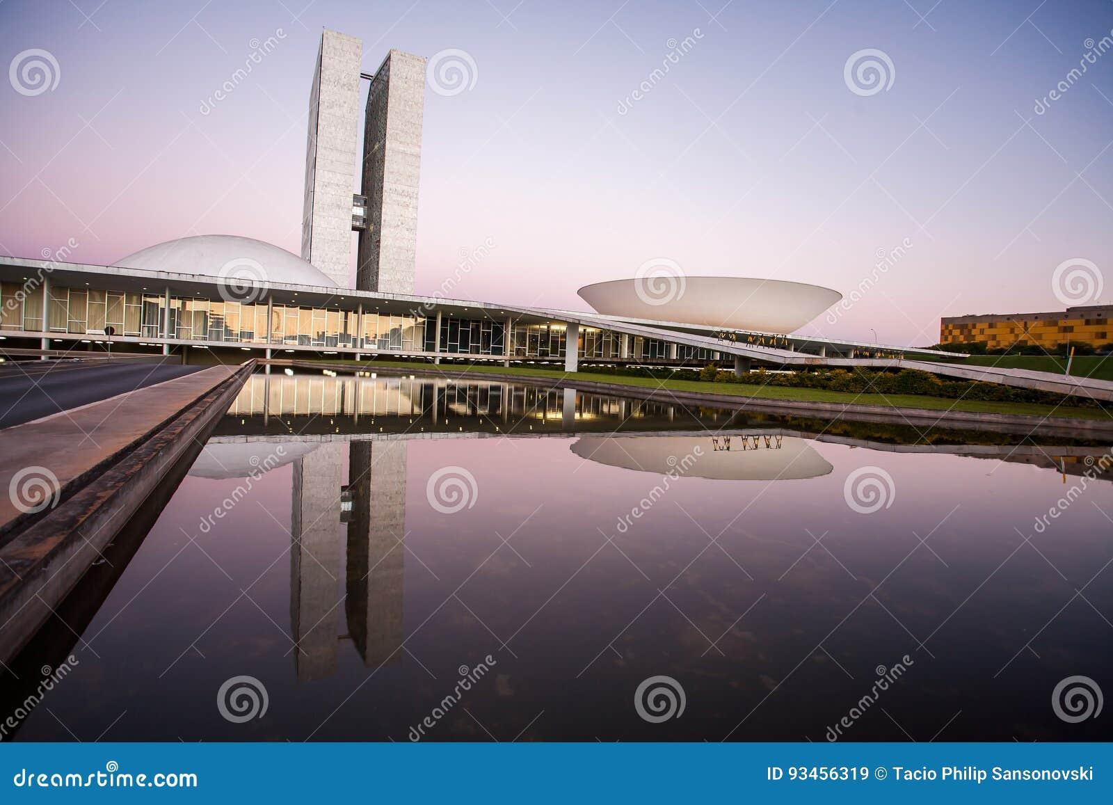 Brasiliansk rådsmöte på skymning med reflexioner på lak