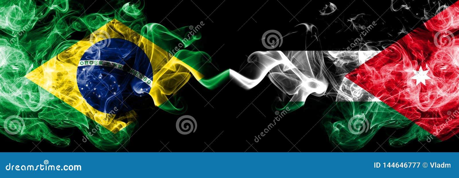 Brasilien vs Jordanien, jordanska rökflaggor förlade sidan - vid - sidan Tjocka kulöra silkeslena rökflaggor av brasilianen och J