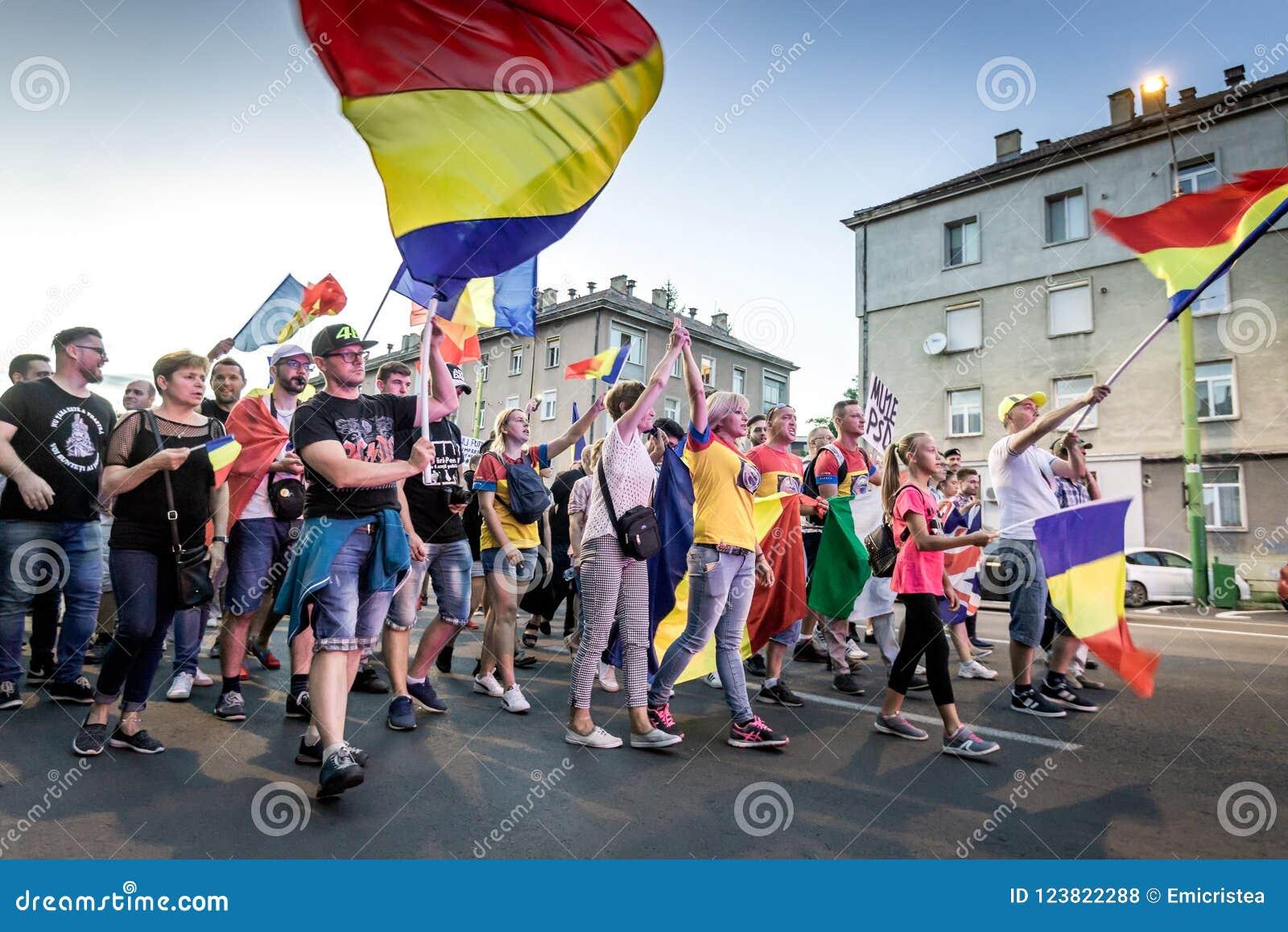 Brasov κεντρική πόλη παλαιά Ρου&m Ρουμάνοι διαμαρτύρονται ενάντια στο gover