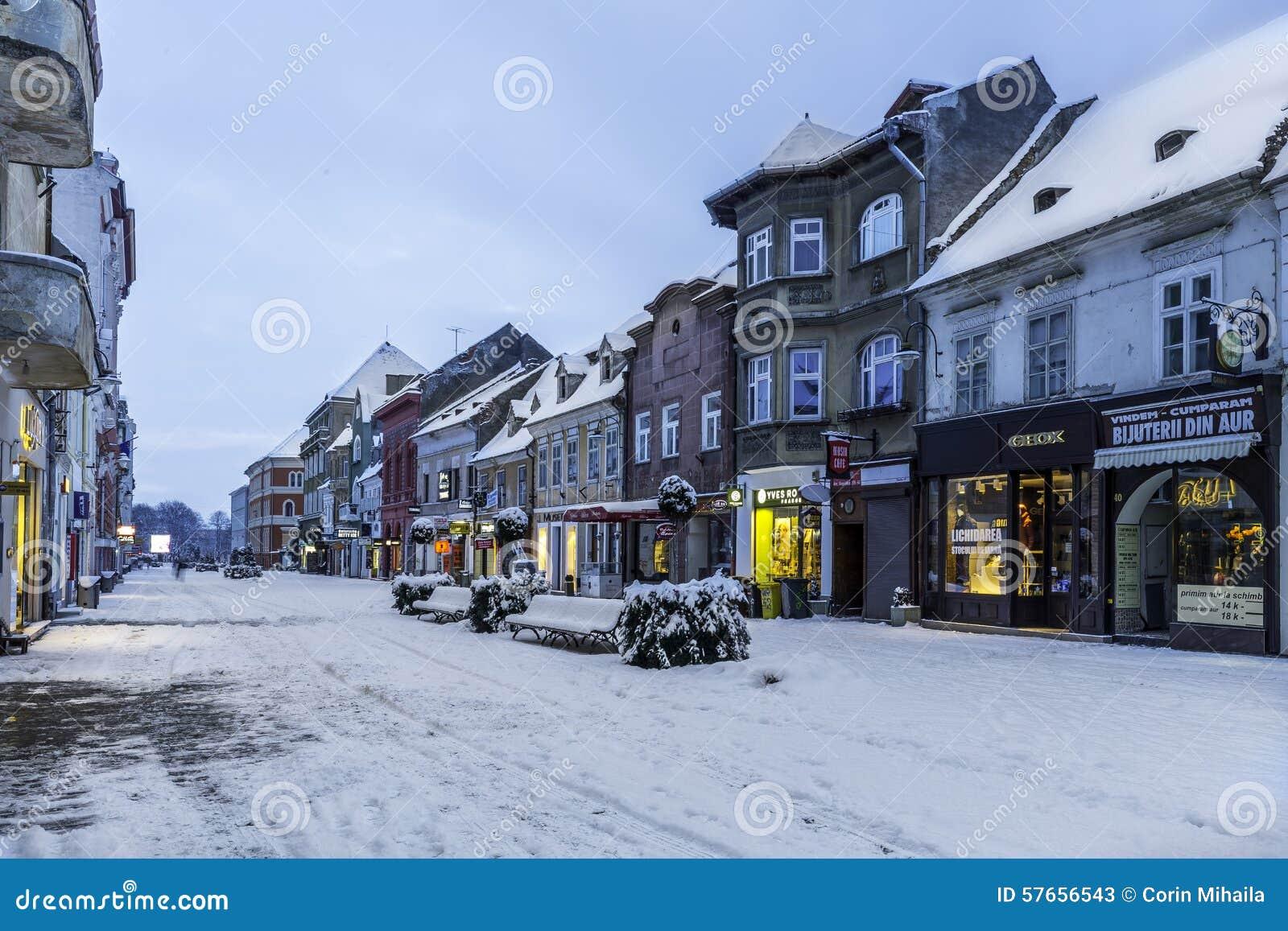 Brasov, Transylvania Rumunia, Grudzień, - 28, 2014: Widok jeden główne ulicy w w centrum Brasov