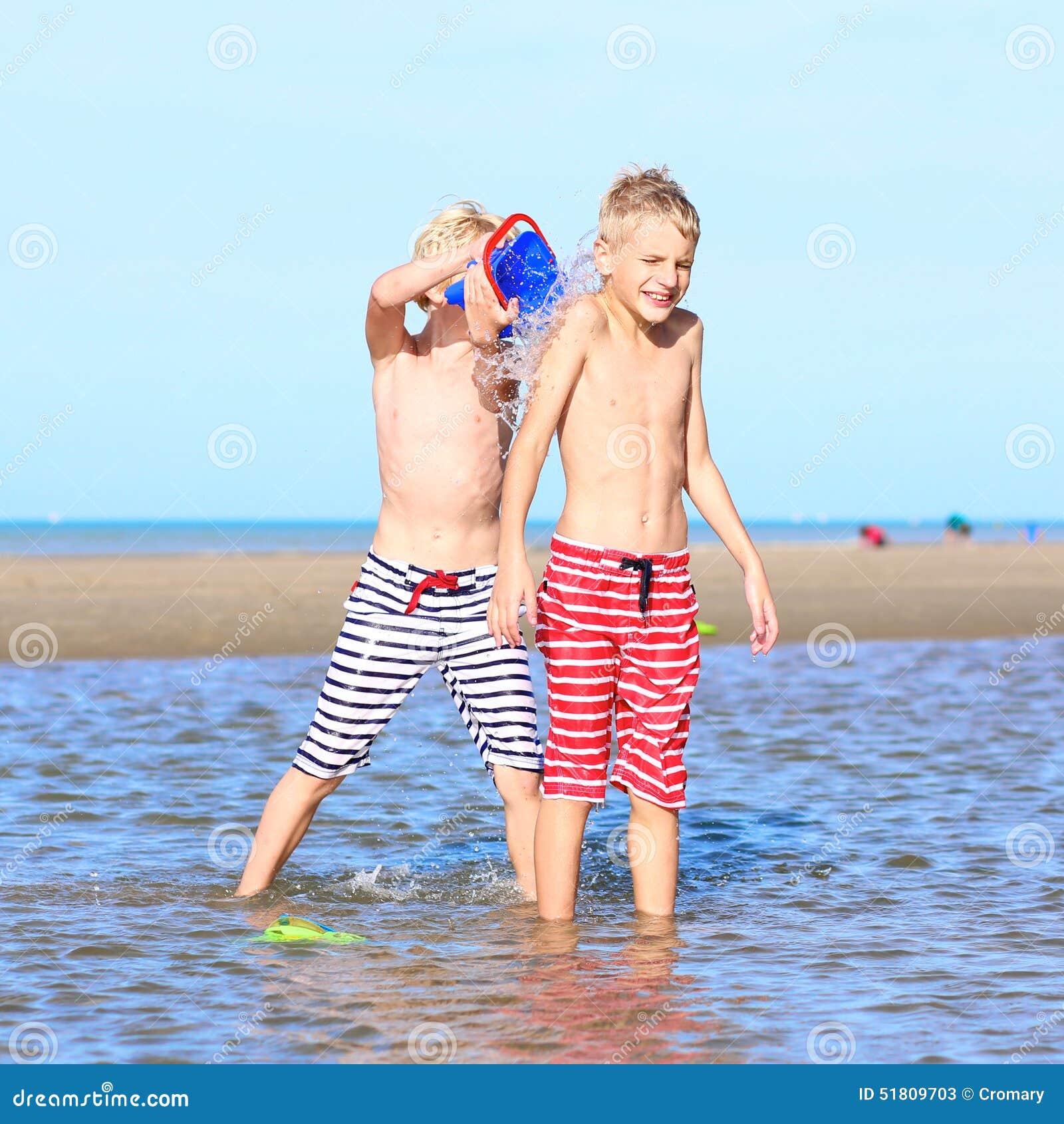Brat bliźniak bawić się na plaży