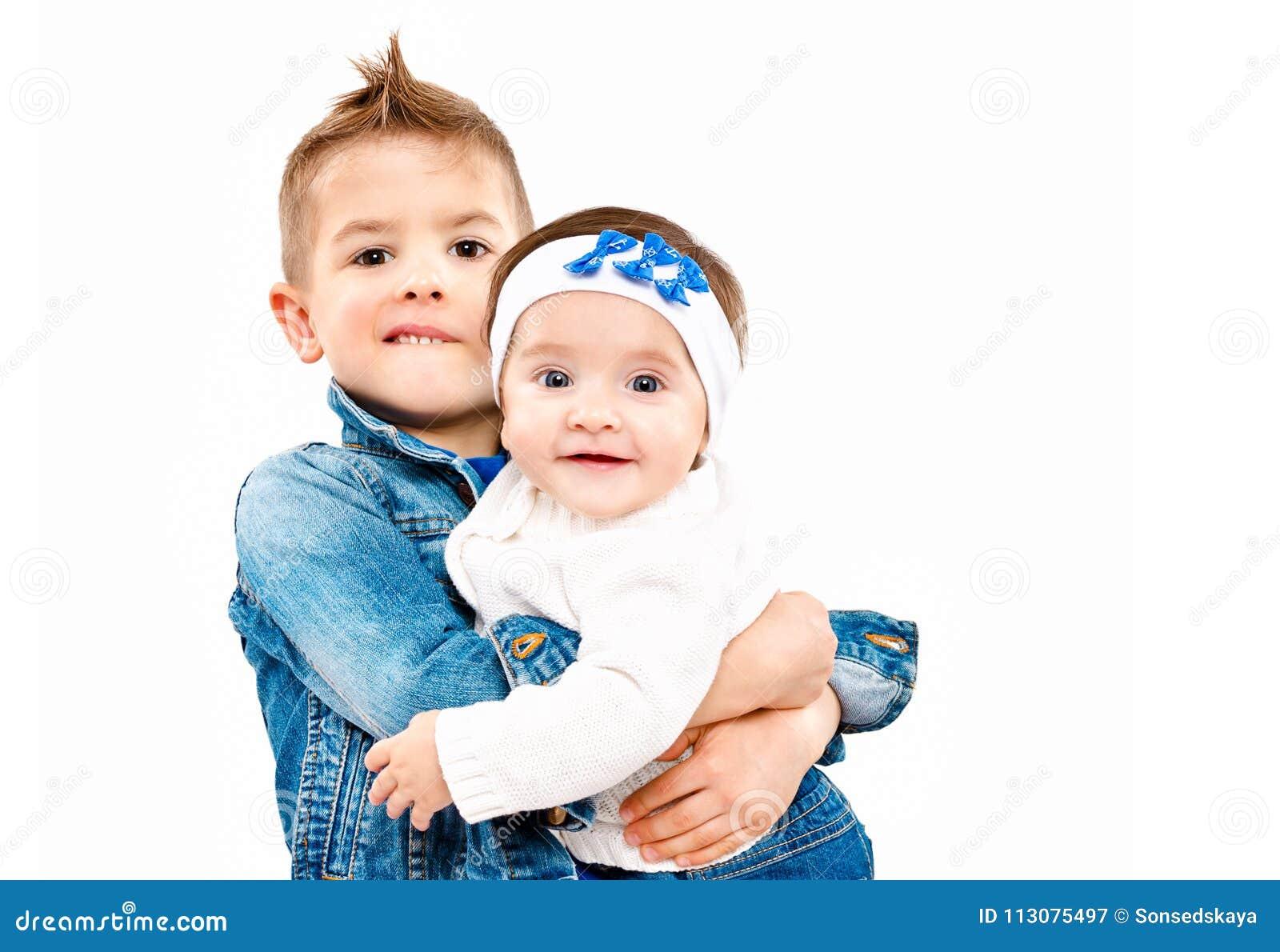 Brat trzyma dalej wręcza jego ślicznej małej siostry