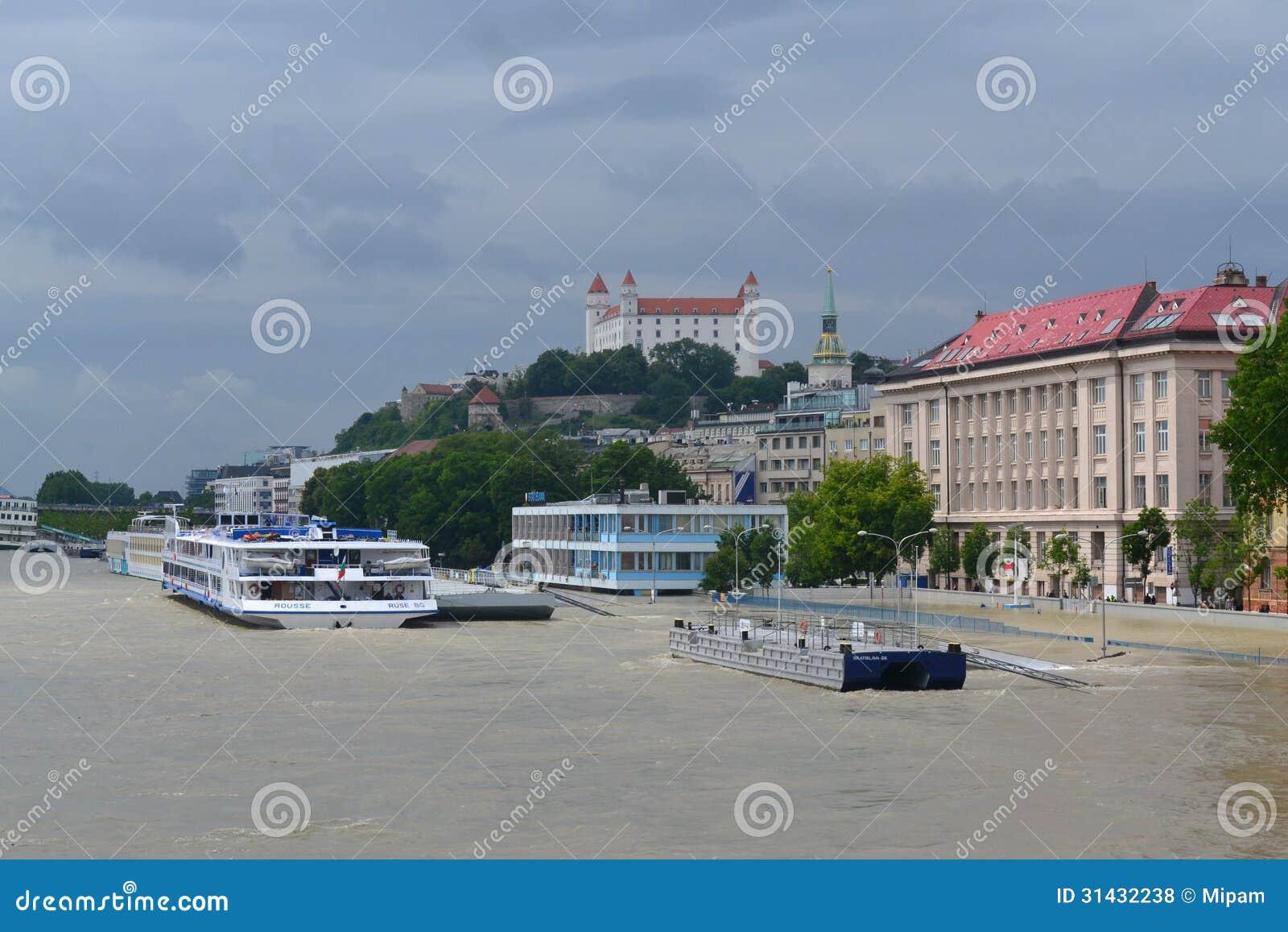 De rivier van donau het overlopen in bratislava op 5 juni 2013. het