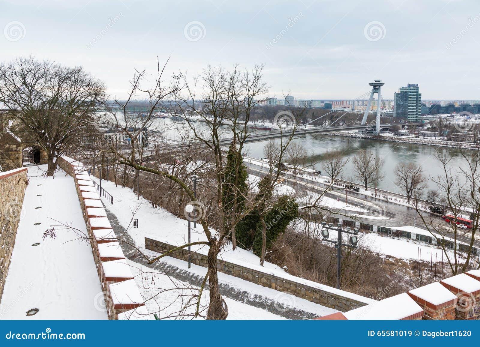 Bratislava, Eslováquia - 24 de janeiro de 2016: Vista do rio Dan