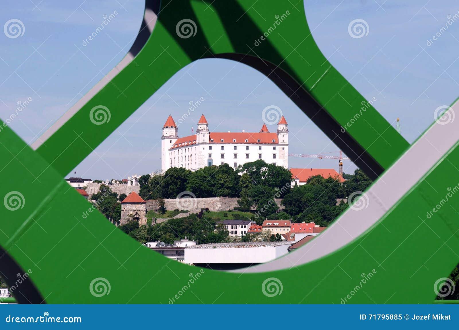 BRATISLAVA, ESLOVÁQUIA - 20 DE MAIO DE 2016: Vista da ponte velha nova de Bratislava (Stary mais)