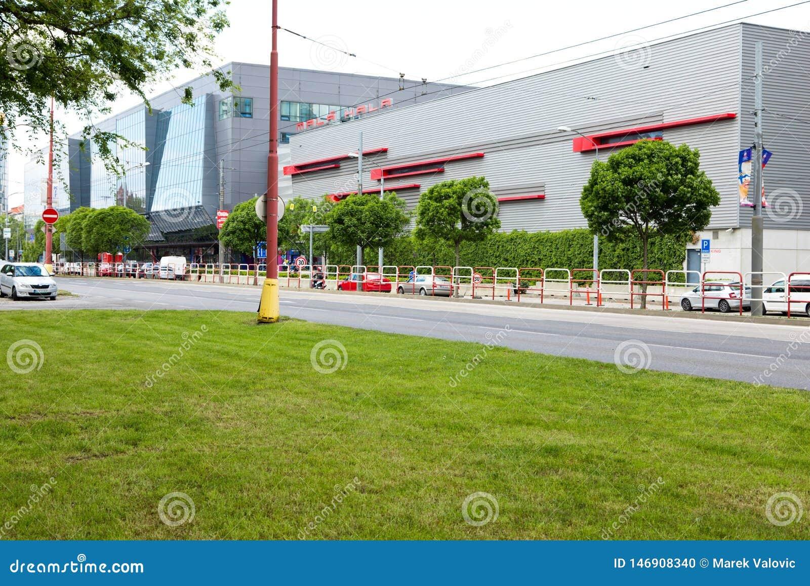 Bratislava, Eslovaquia - 7 de mayo de 2019: Pequeño estadio del hockey 3 días antes del campeonato del mundo del hockey