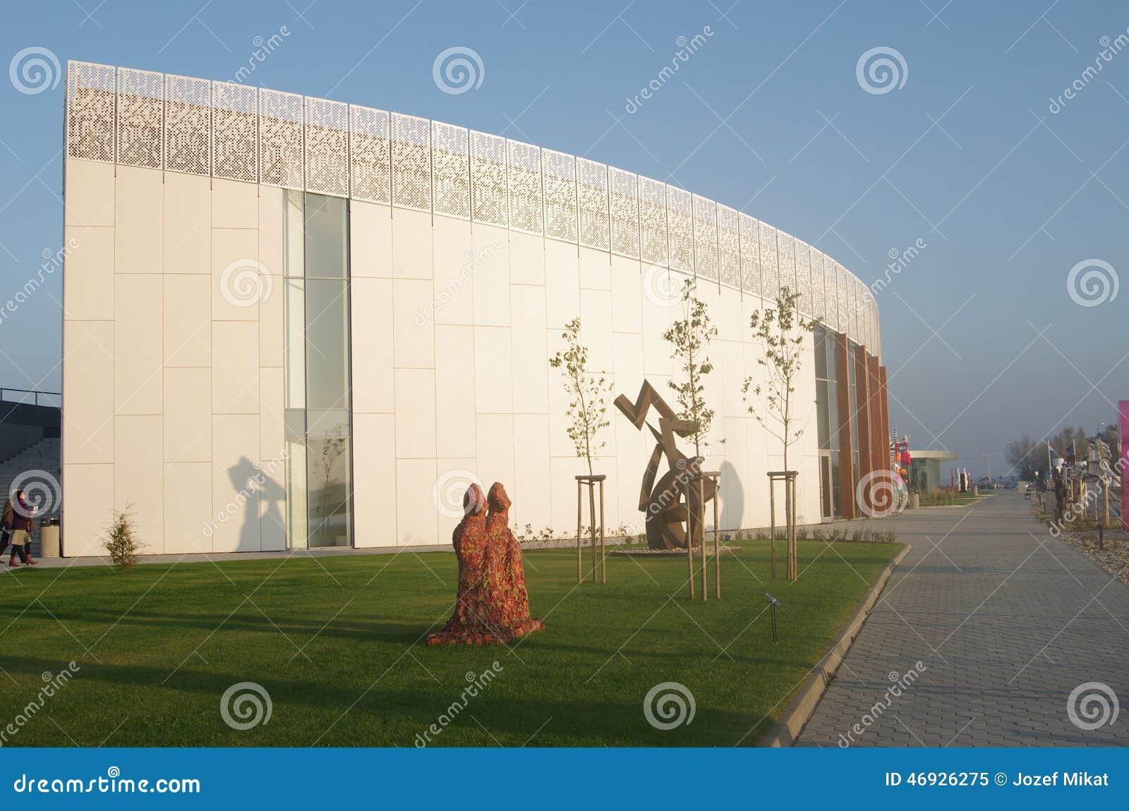 BRATISLAVA, ESLOVAQUIA - 15 de noviembre: Exterior del museo del nuevo arte Danubiana en la ciudad Bratislava