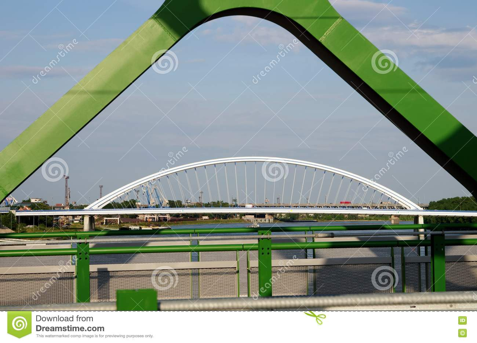 BRATISLAVA SLOVAKIEN - MAJ 20, 2016: Sikt från Bratislavas nya gamla bro (Stary mest)