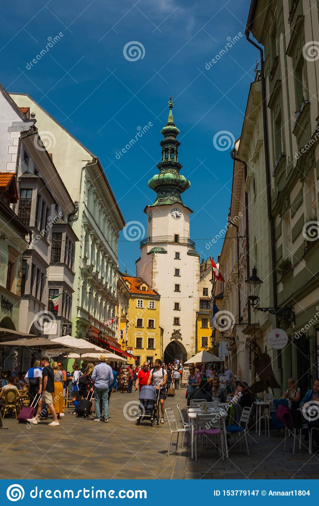 Bratislava, Slovaquie : Vue quotidienne de rue de ville des bâtiments historiques, les gens et la porte et la tour de St Michael