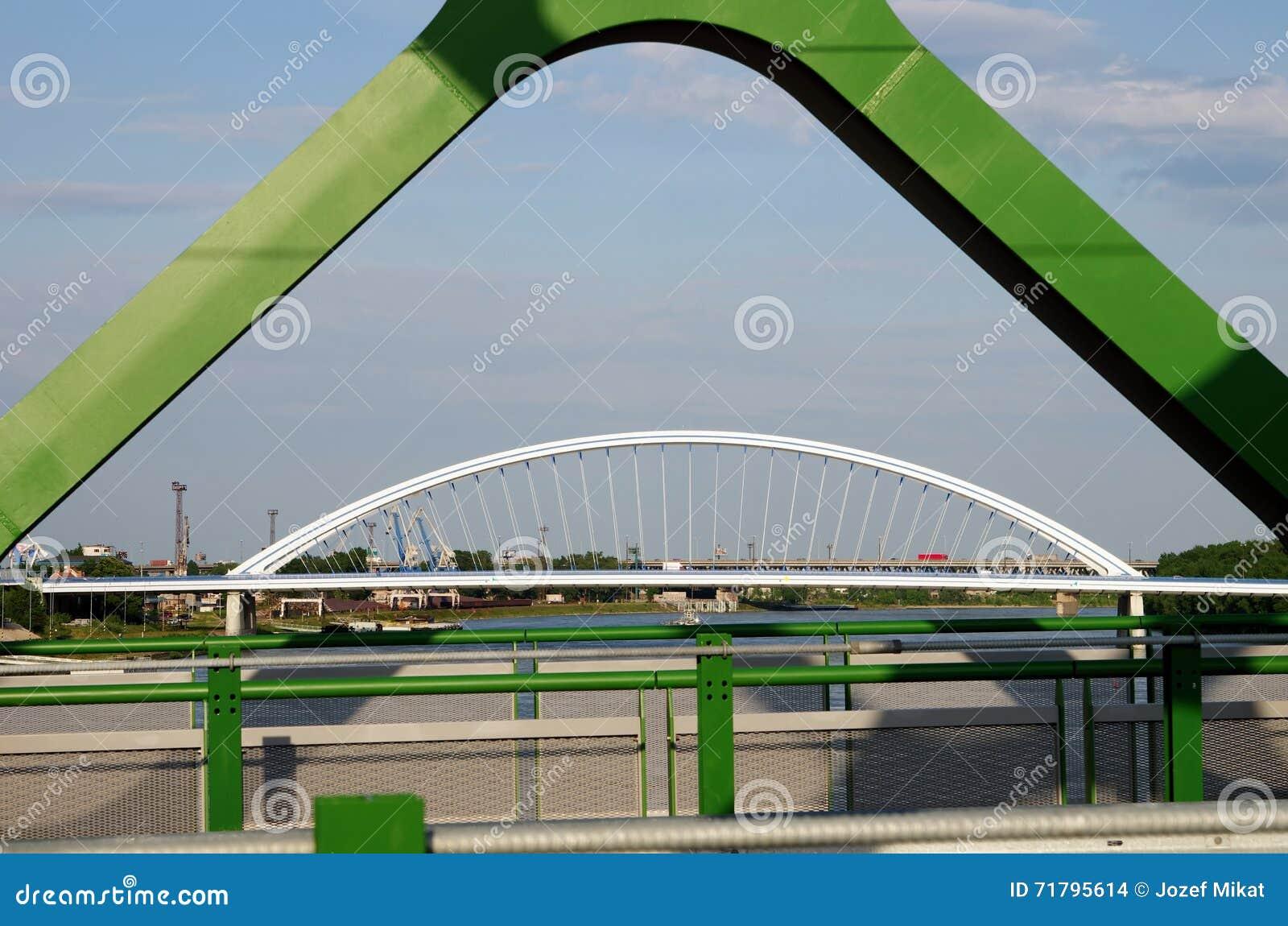 BRATISLAVA, SLOWAKEI - 20. MAI 2016: Ansicht von Bratislavas neuer alter Brücke (Stary höchst)