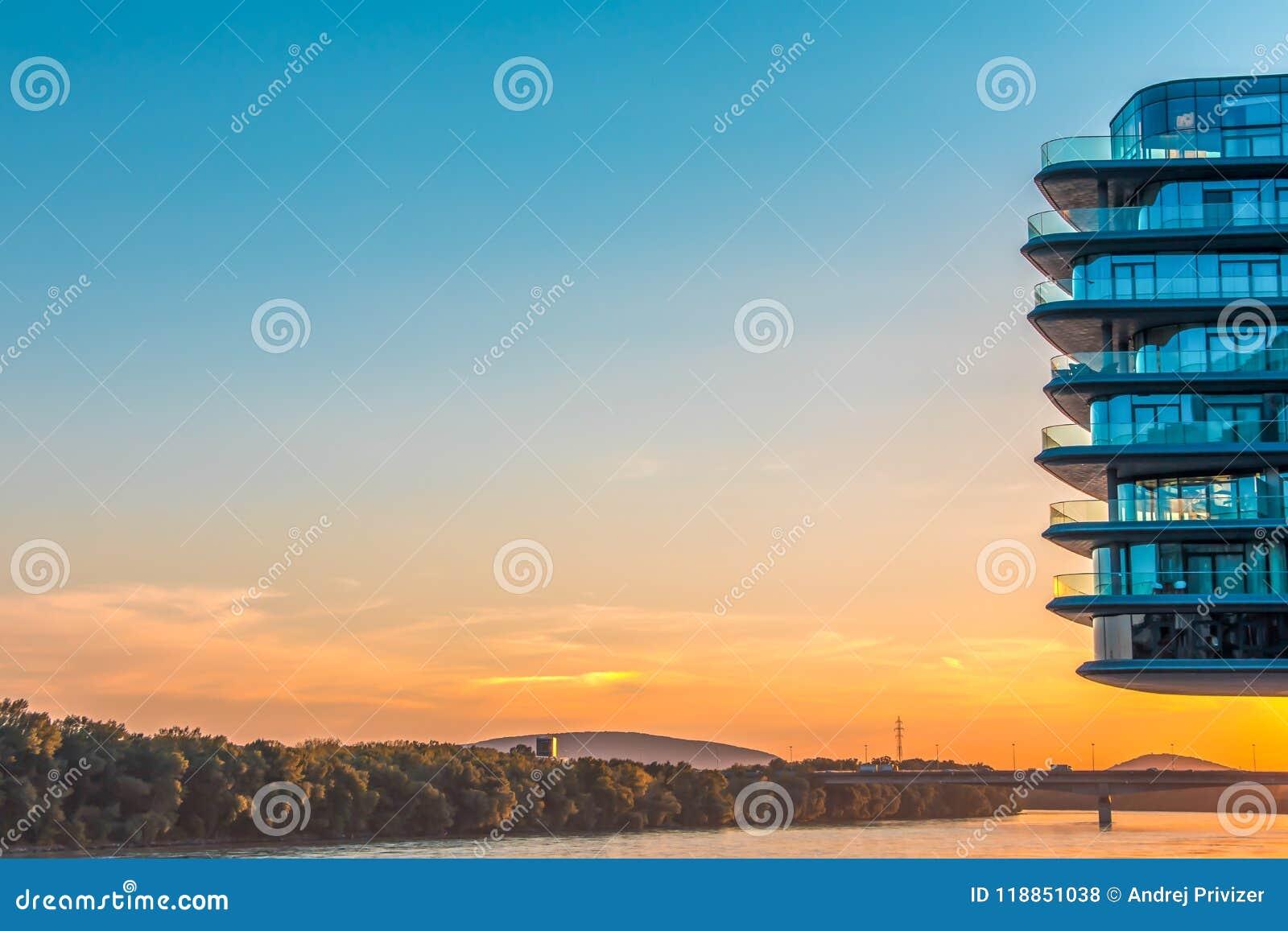Bratislava, Slowakije - Augustus 15, 2017: Voortbouwend op de linkeroever van de rivier van Donau in de stad van Bratislava, Slow