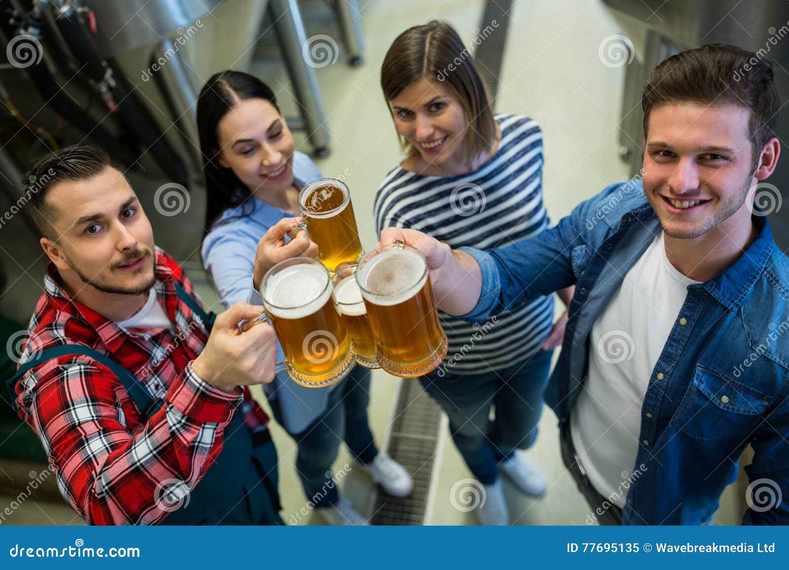Brauer, die Biere an der Brauerei rösten