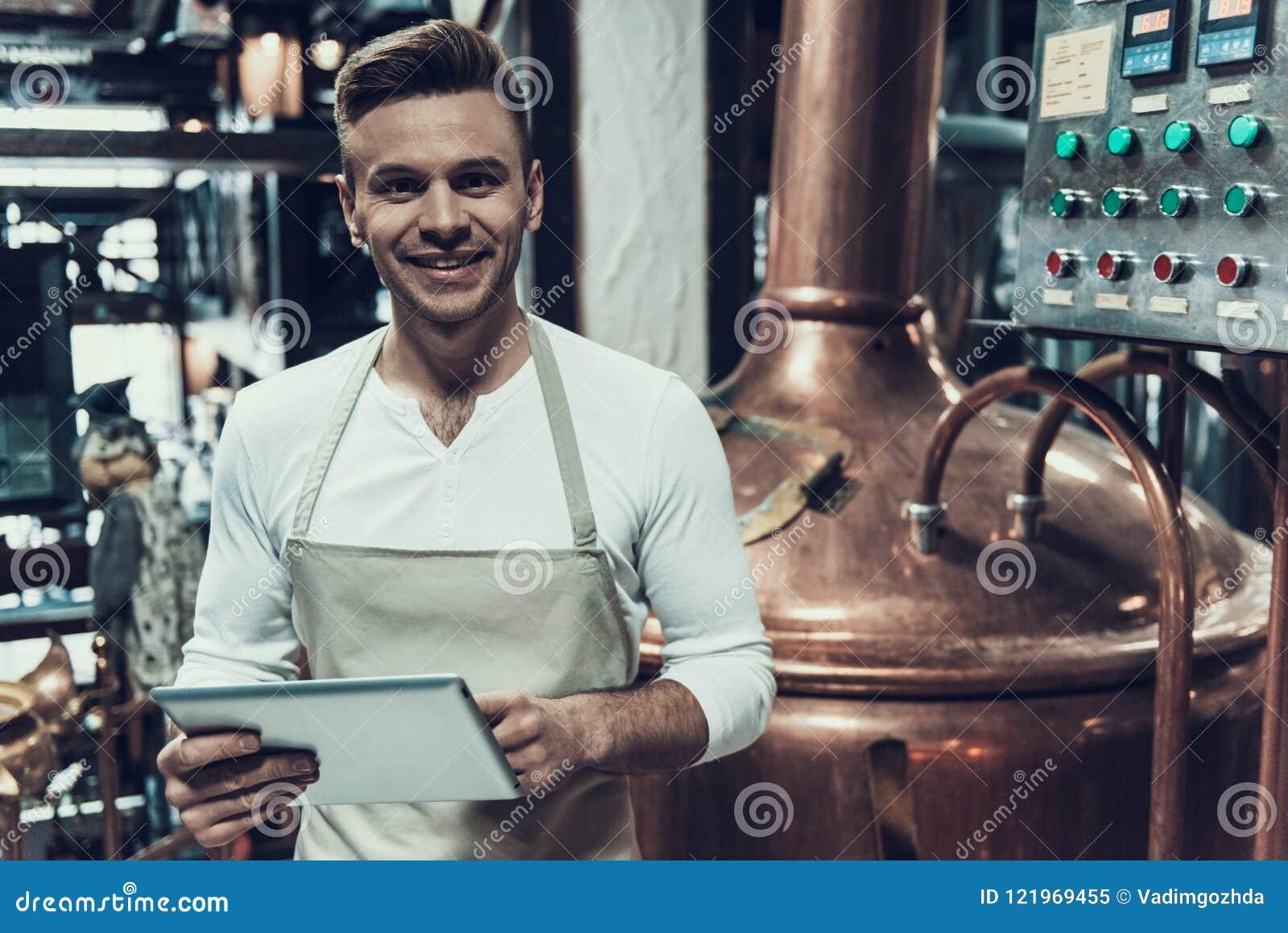 Brauer Standing nahe Apparat in der modernen Brauerei