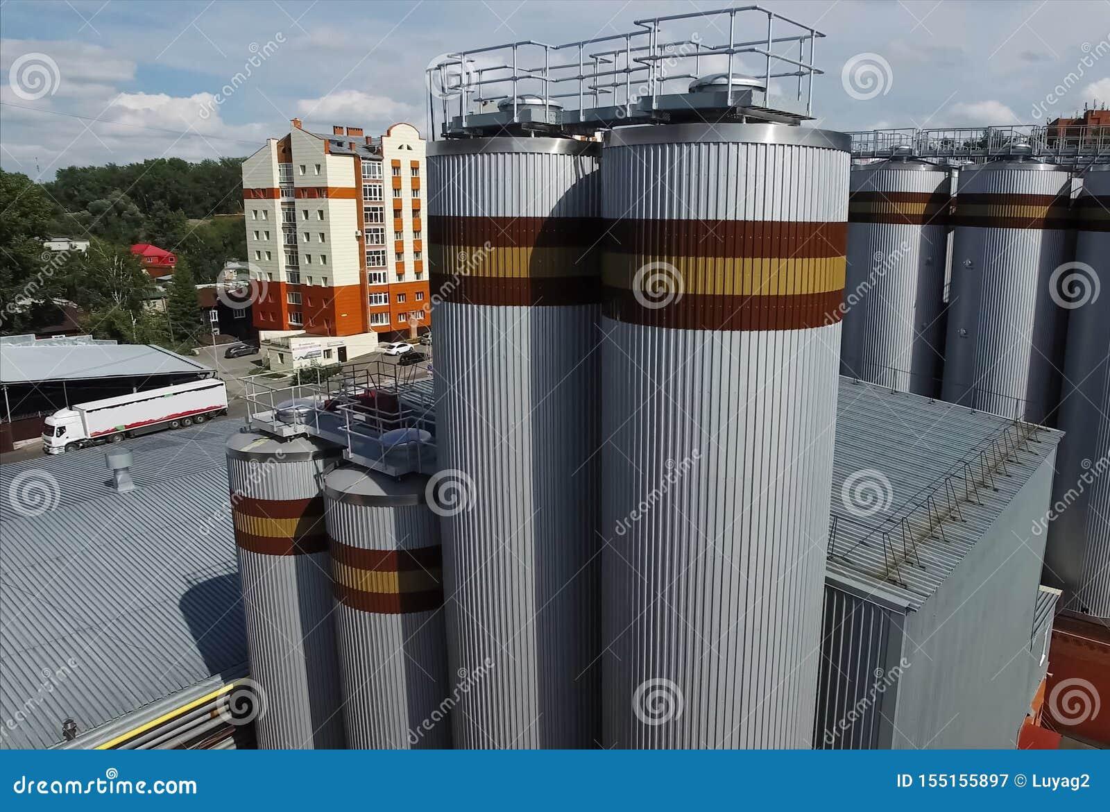 Brauerei, Fässer und Zisternen der Fabrik außerhalb der Ansicht