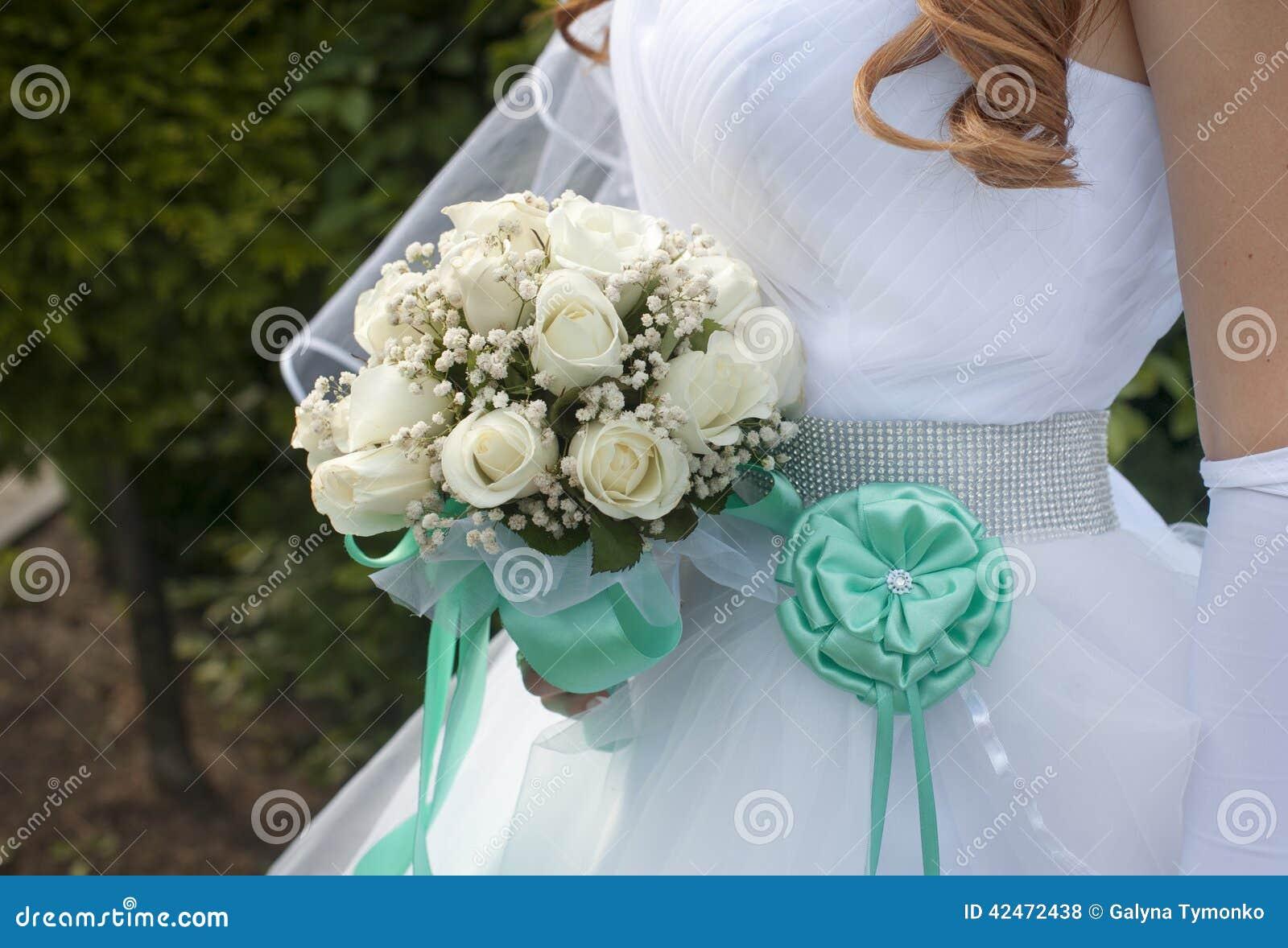 Braut, die schönen Hochzeitsblumenstrauß von Rosen hält