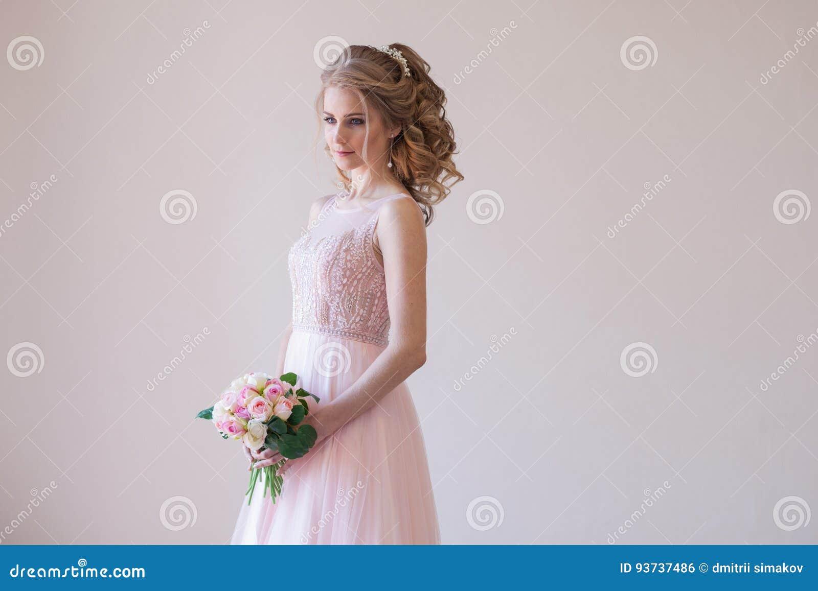 Braut In Einem Rosa Hochzeitskleid Und In Einem Blumenstrauß Von ...