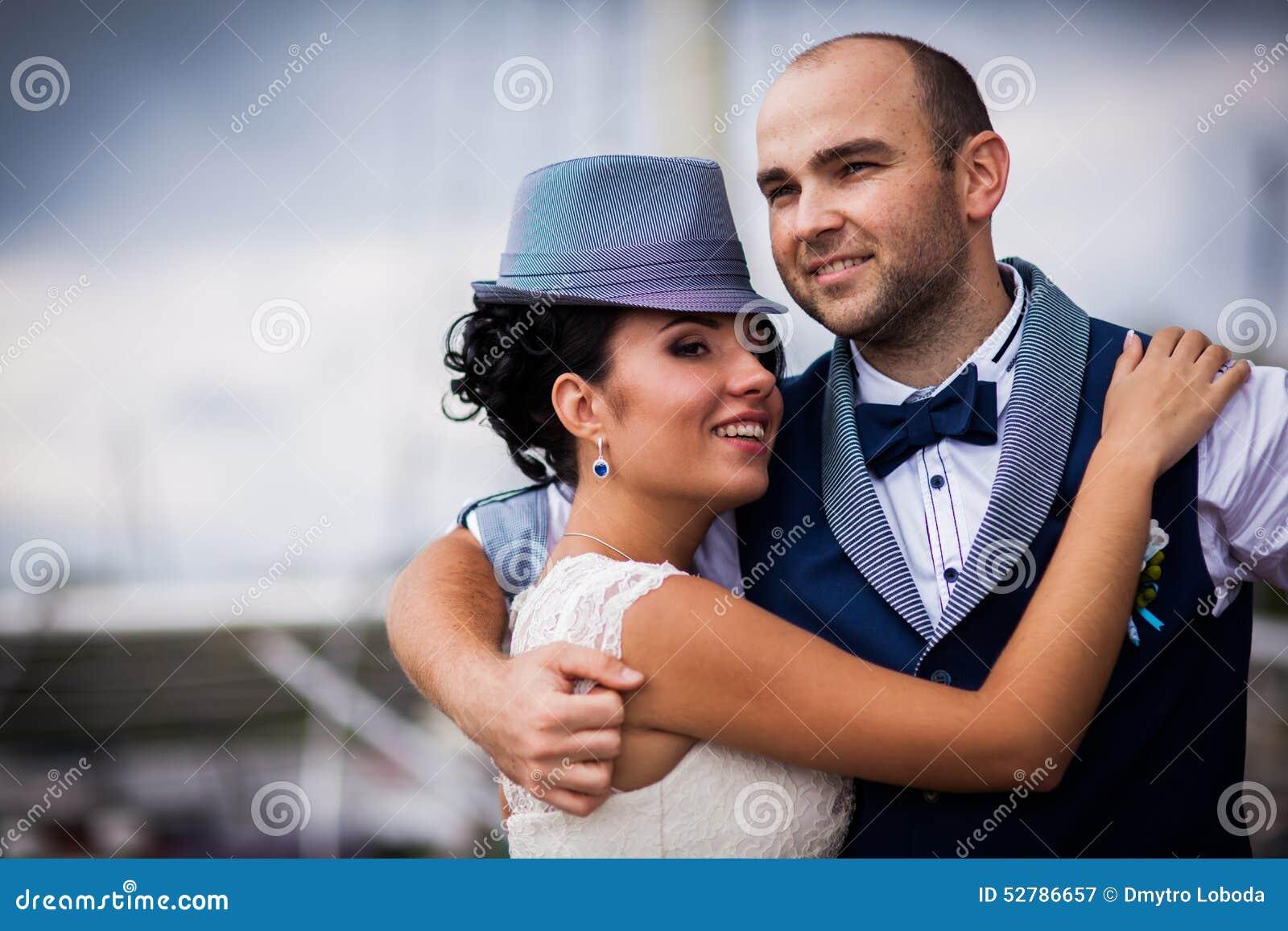 Braut Hut Hochzeit Lacheln Stockbild Bild Von Hintergrund