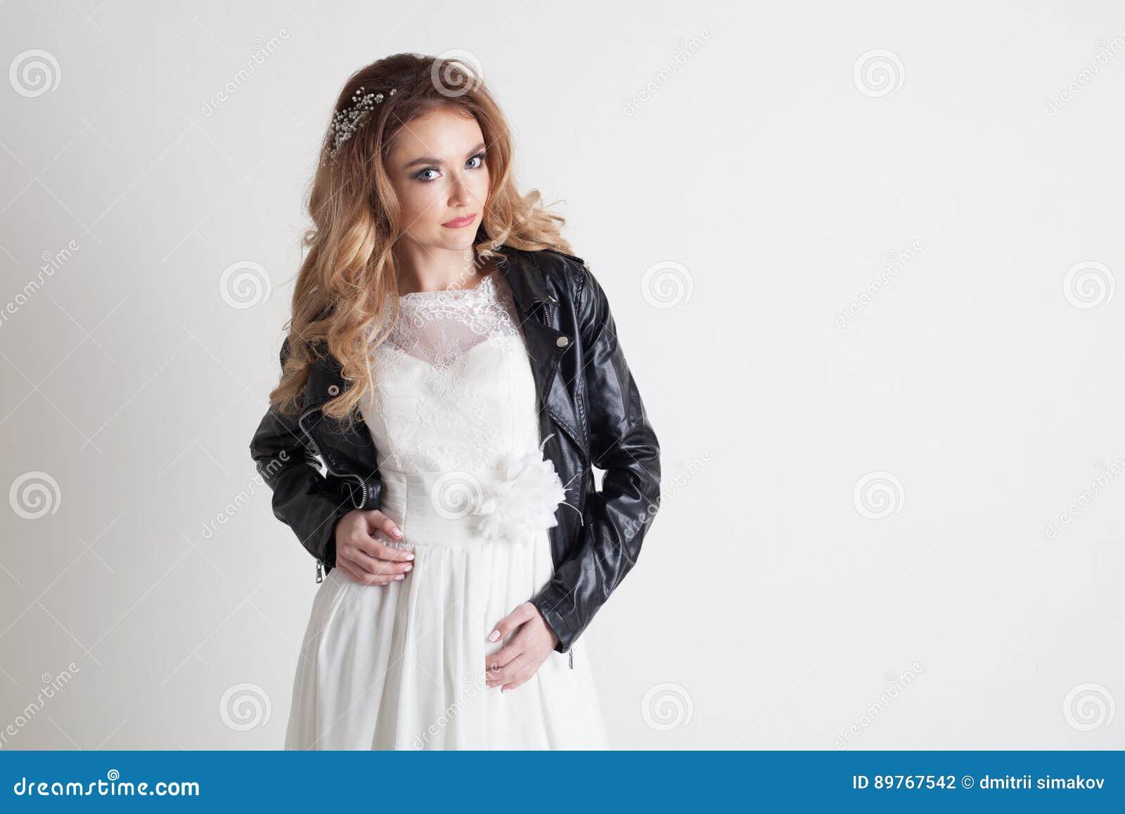 Braut Im Hochzeitskleid Und -Lederjacke Stockfoto - Bild von schön ...