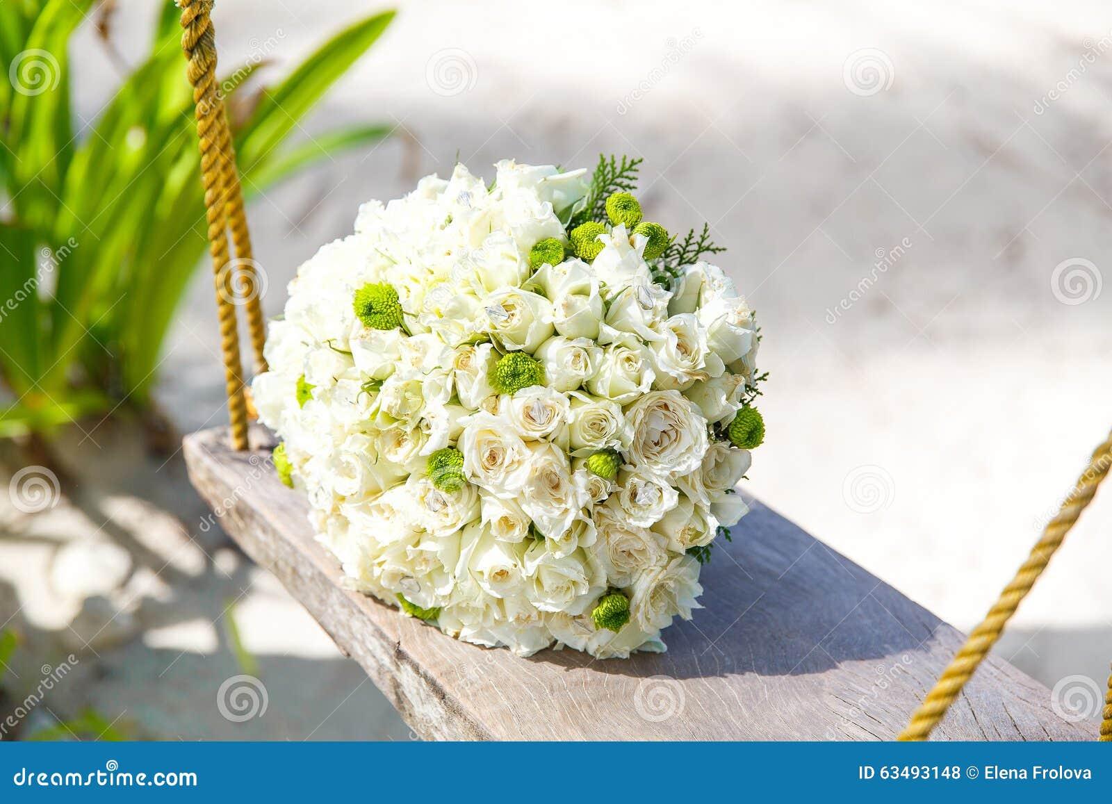 Braut Im Weißen Kleid Der Blumenstrauß Der Braut Auf Einem ...