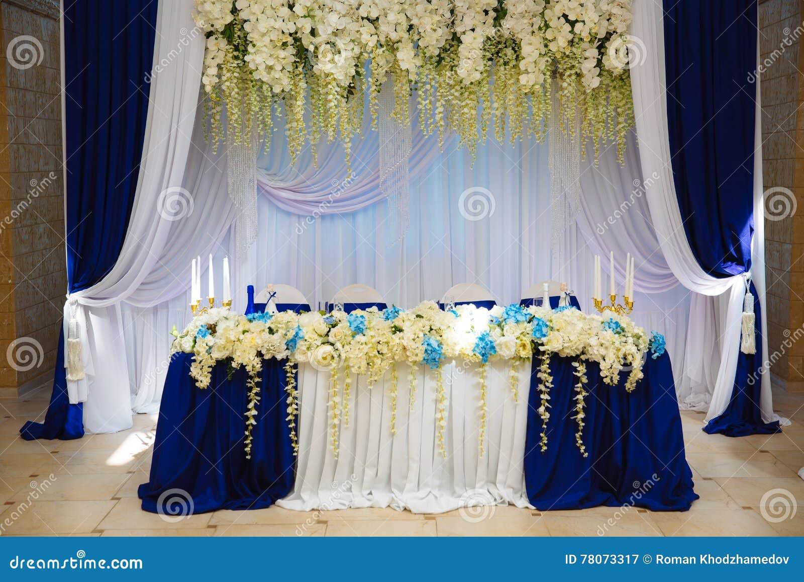 Braut im weißen Kleid Die Dekoration des Banketts Hall Tabellenjungvermählten