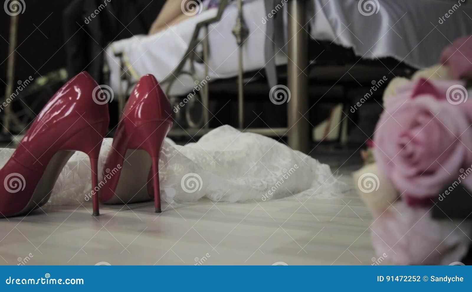 Braut Liegt Auf Einem Bett Und Wirft Einen Blumenstrauss Auf Einem