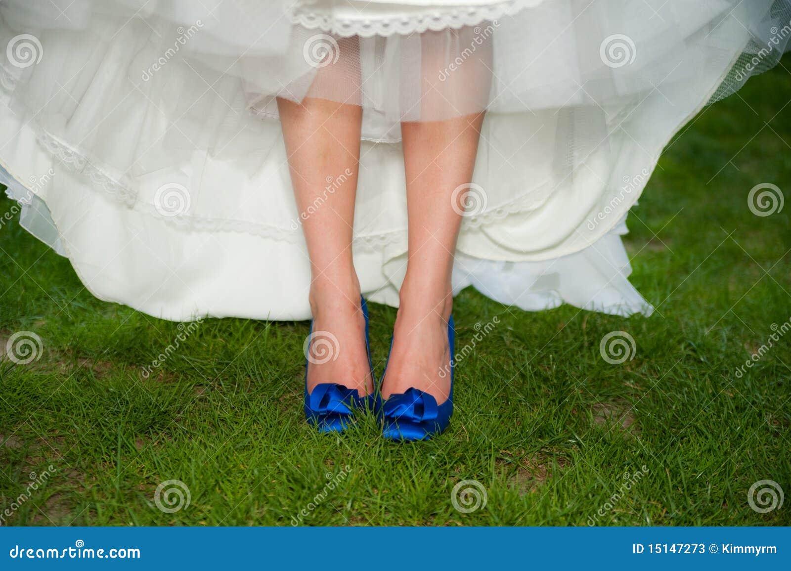Braut Mit Blauen Absatz-Schuhen Stockbild - Bild von kleid, fuß ...