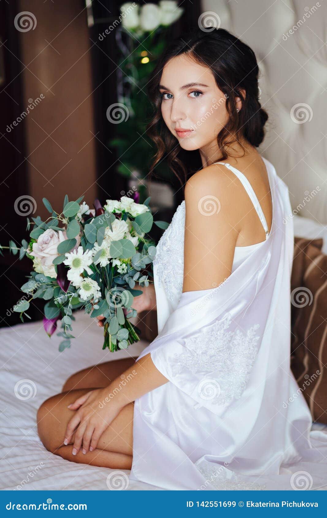 Braut mit einem Hochzeitsblumenstrauß