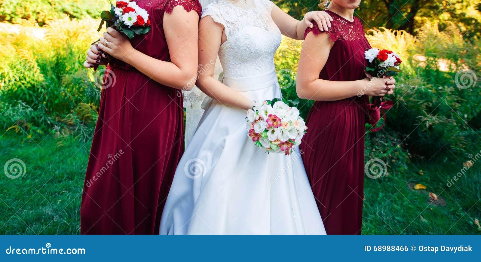 Braut, Reihe von Brautjungfern mit Blumensträußen an der großen Hochzeitszeremonie