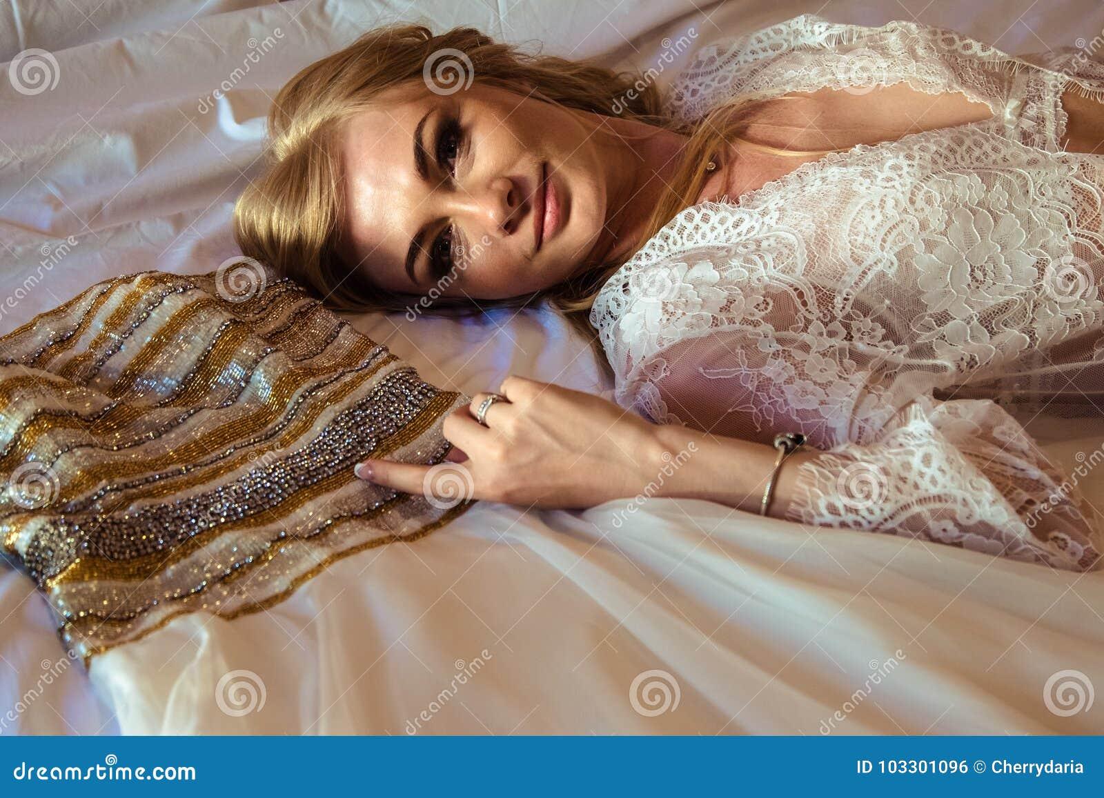 Braut ` S Morgen - Porträt Der Blonden Jungen Frau In Der Weißen ...