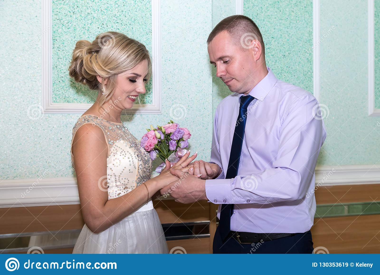 Braut und Bräutigam ändern Ringe auf ihrer Hochzeit