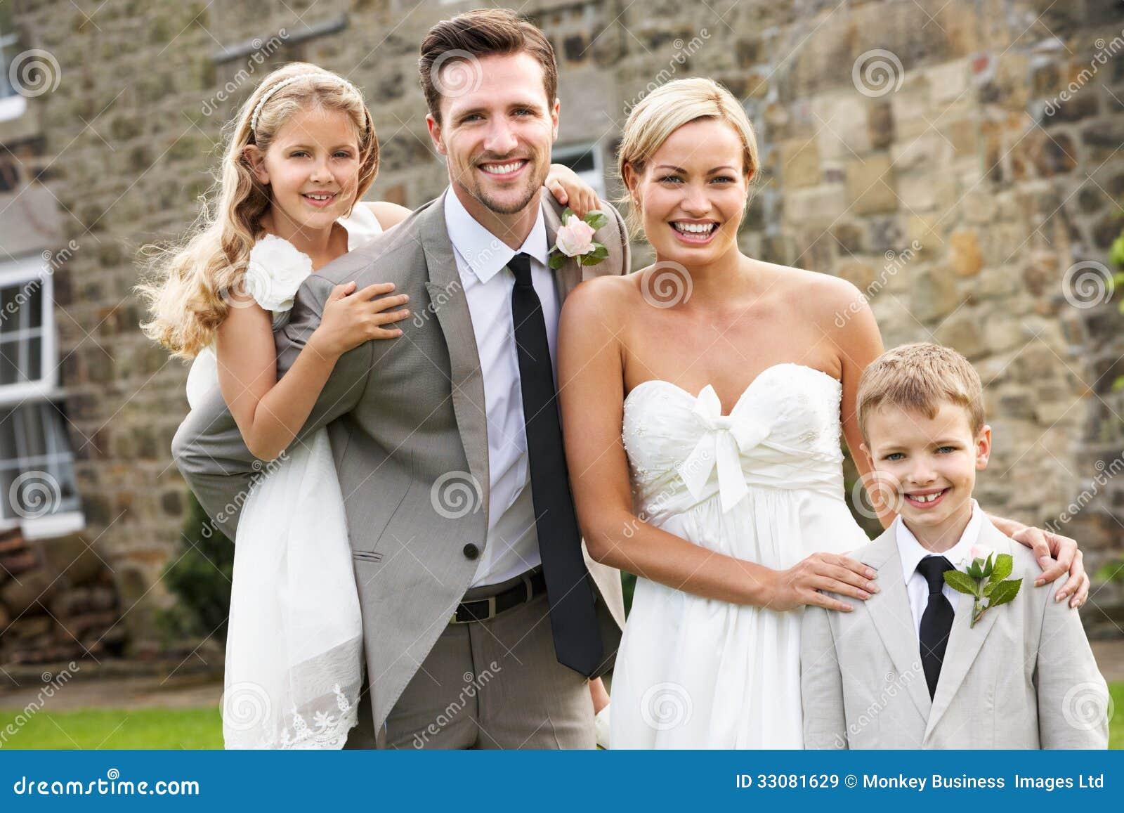 Braut-und Bräutigam-With Bridesmaid And-Hotelpage an der Hochzeit