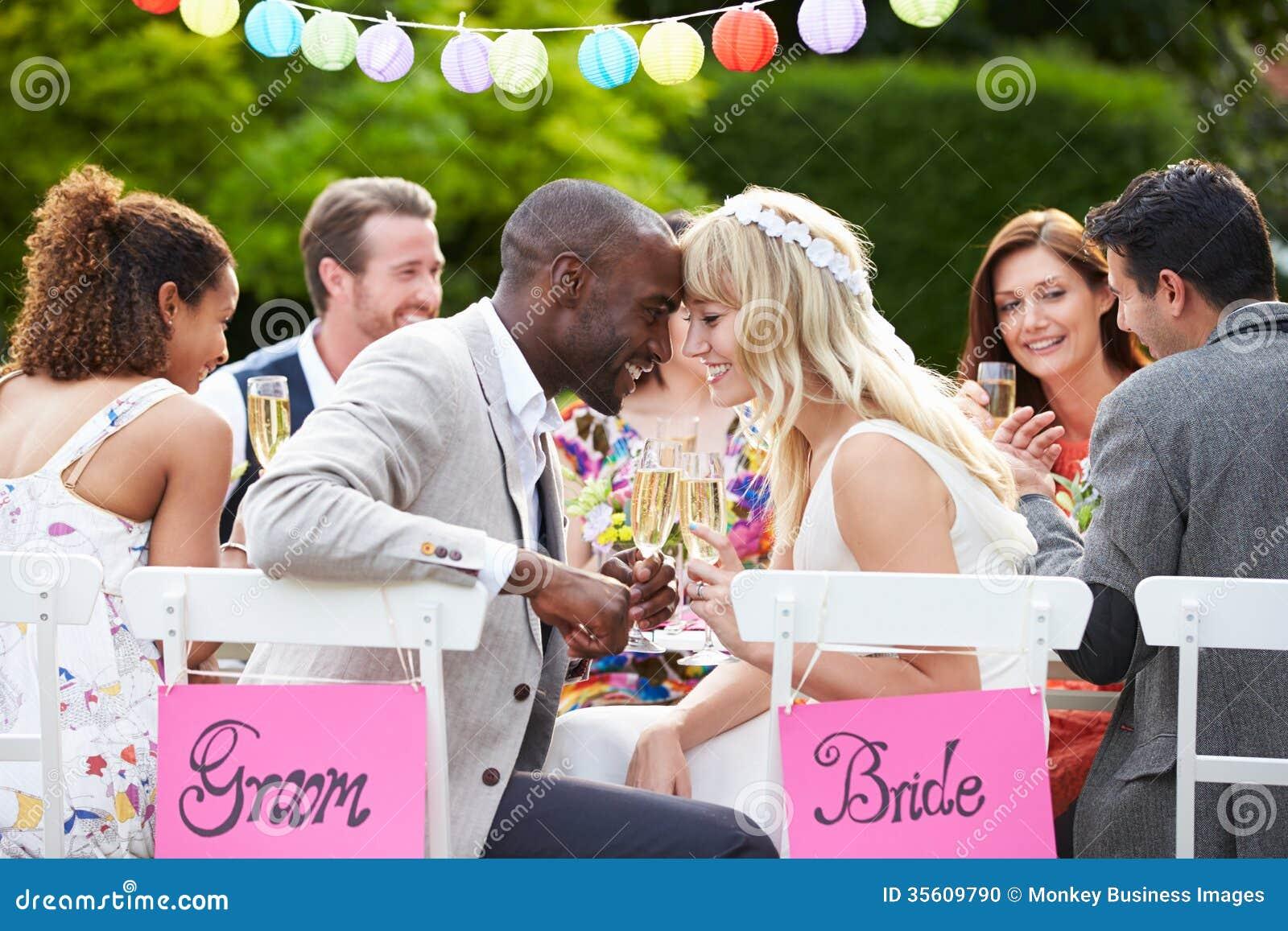 Braut-und Bräutigam-Enjoying Meal At-Hochzeitsempfang