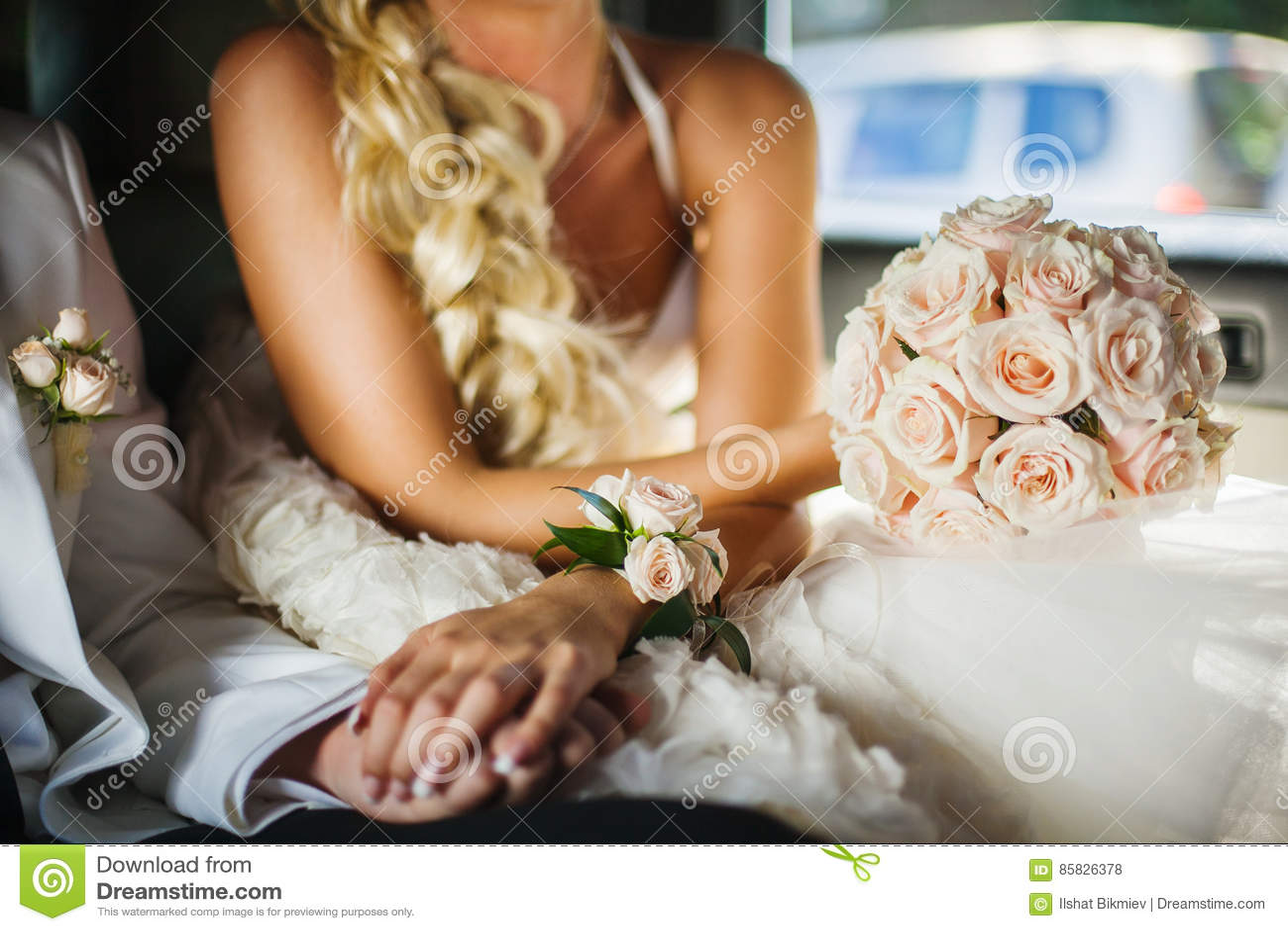 Braut Und Brautigam Handchenhalten Im Auto Stockfoto Bild Von