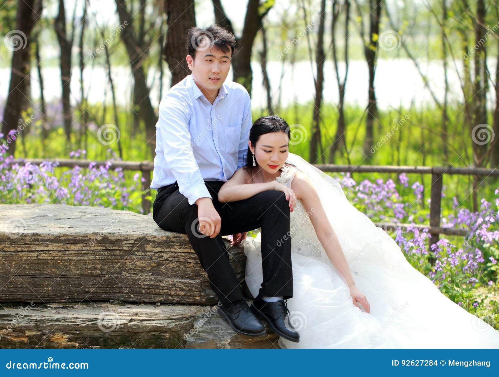 Wunderbar Indian Hochzeitskleid Für Braut Und Bräutigam Bilder ...